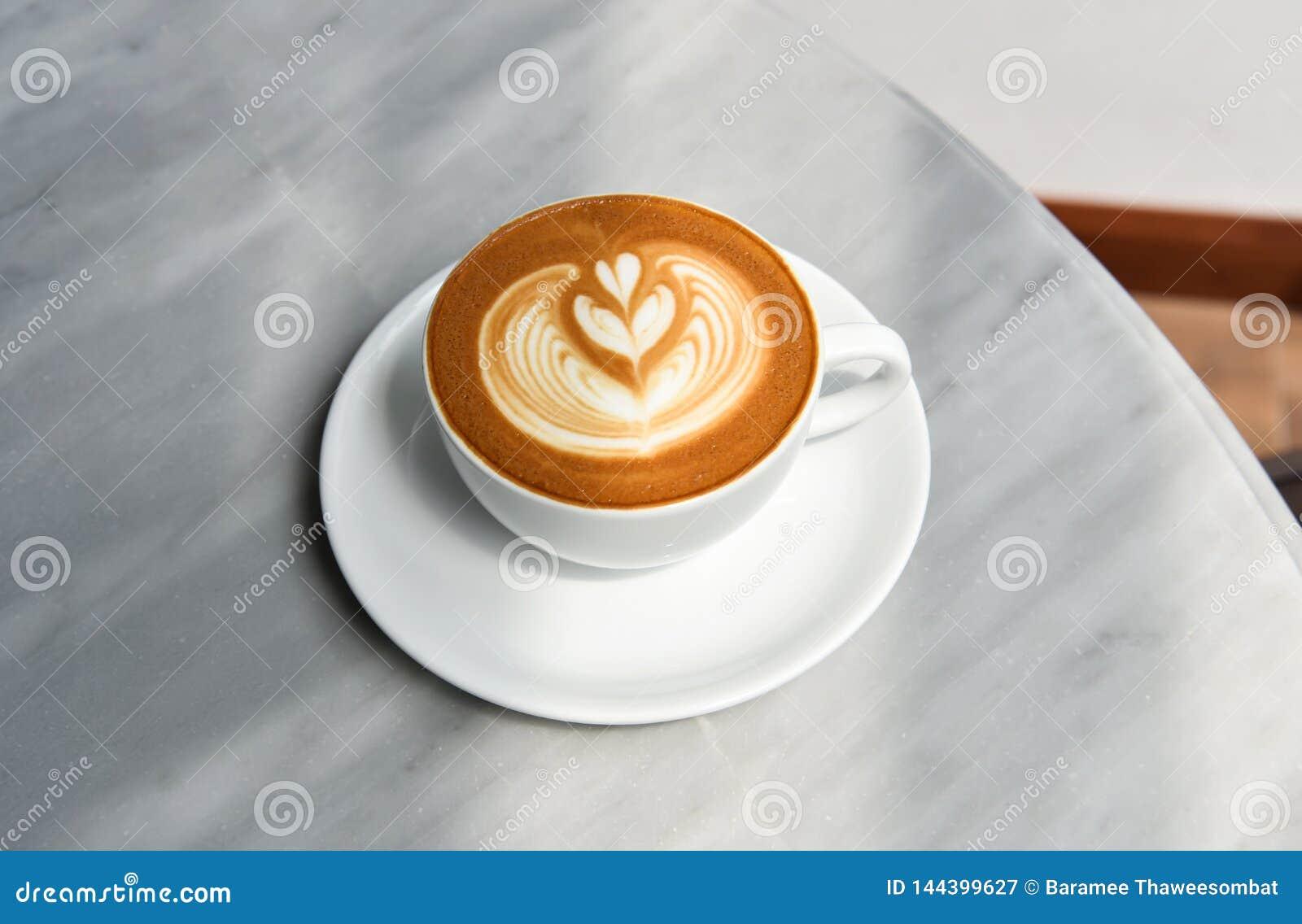 Latte ou cappuccino avec la mousse ?cumeuse, vue sup?rieure de tasse de caf? sur la table en caf?