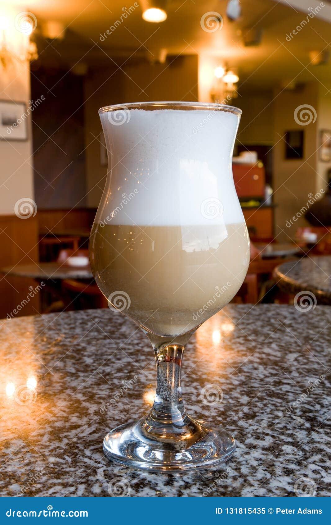 Latte in un caffè, Budapest, Ungheria del caffè