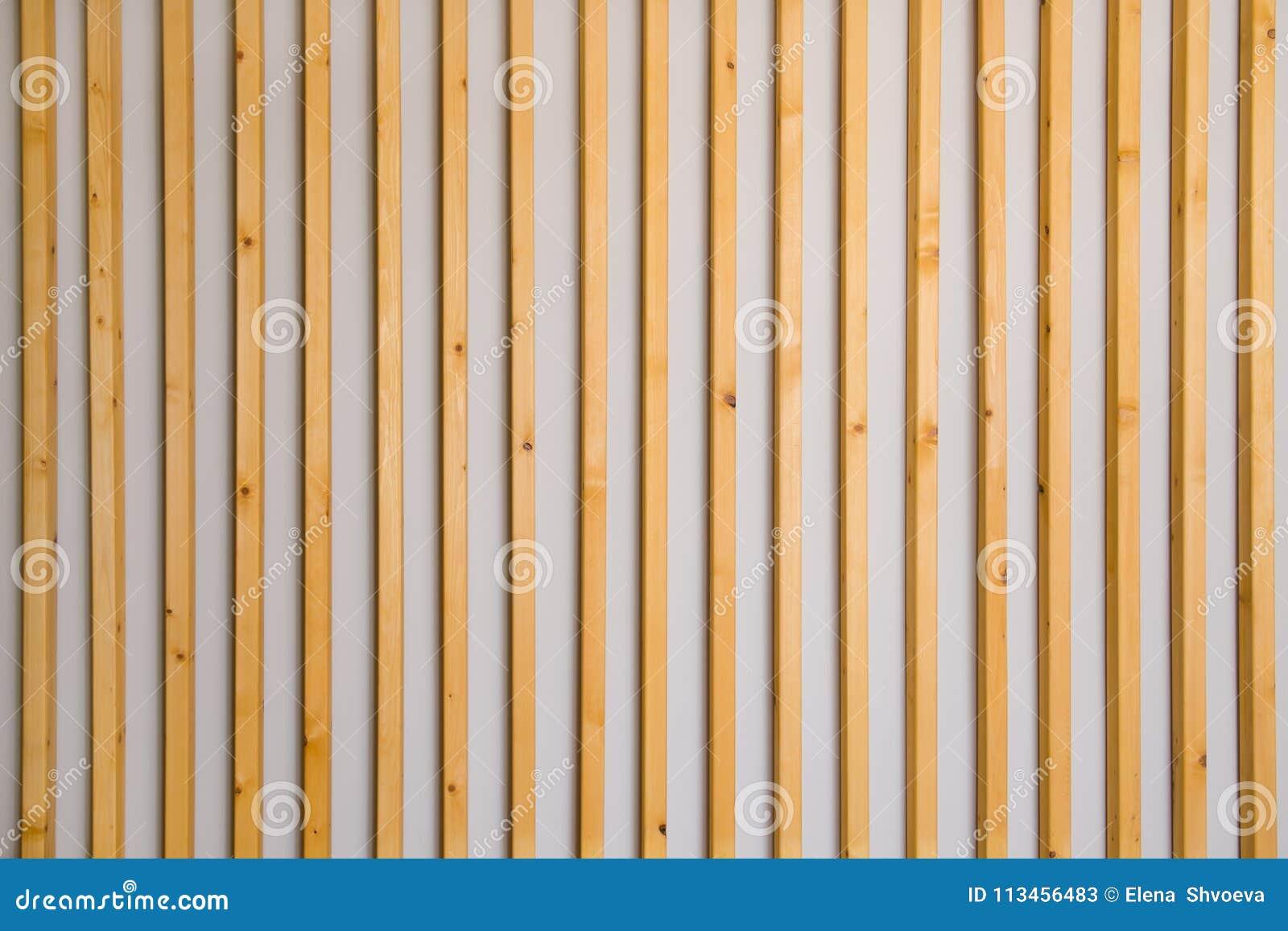 latte verticale en bois de lamelles sur un fond gris clair de mur d tail int rieur texture. Black Bedroom Furniture Sets. Home Design Ideas