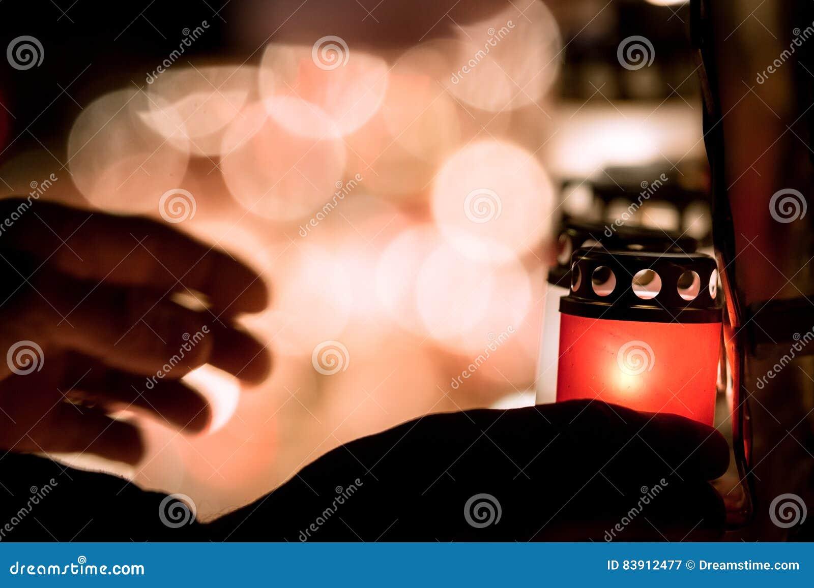 Latvian patriota zaświeca świeczki jako uznanie spadać wolność wojownicy