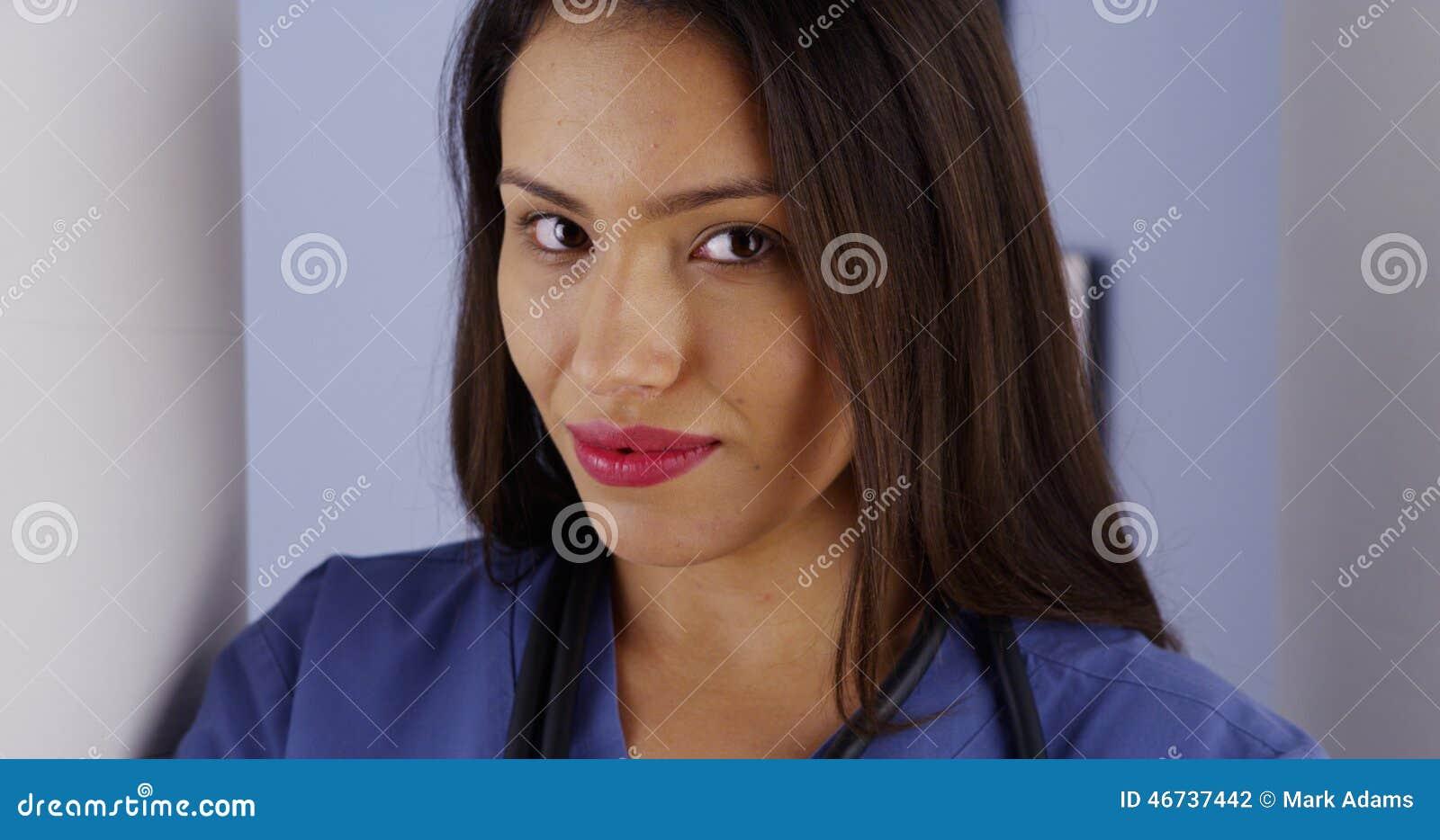 Latynoski kobiety lekarki ono uśmiecha się