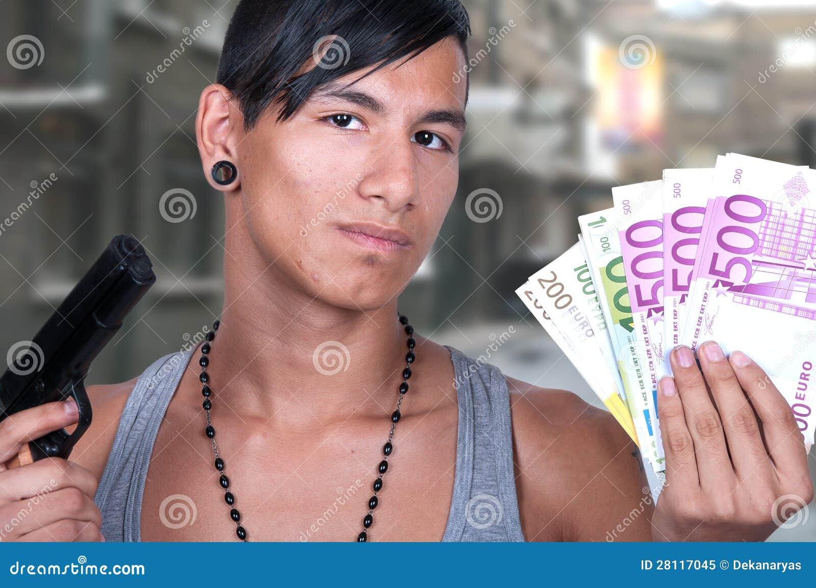 Latynoski mężczyzna z pistoletem i rachunkami
