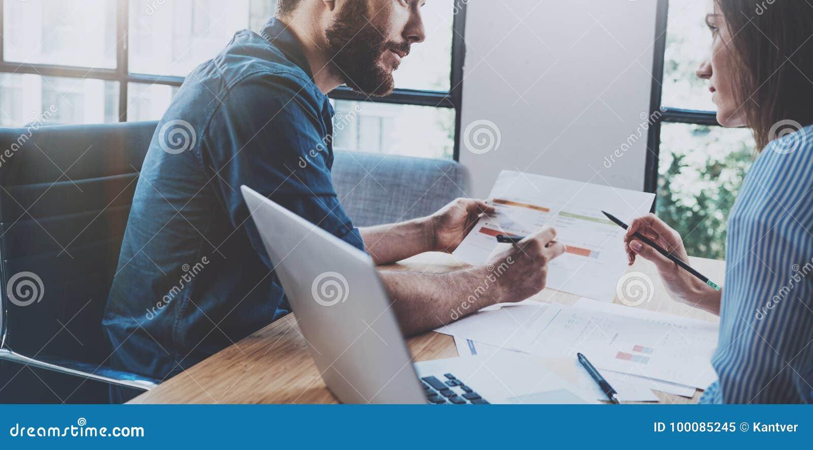 Latynoski młody biznesmen pracuje z partnerem biznesowym przy pogodnym biurem zamazujący tło horyzontalny _