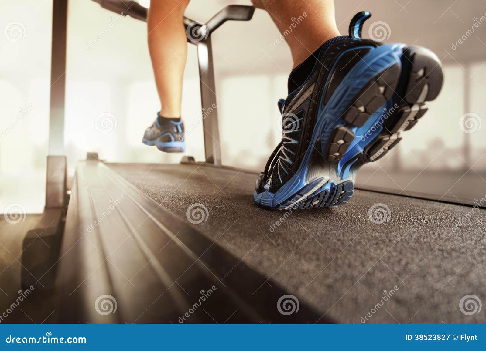 Laufen in eine Turnhalle auf Tretmühle