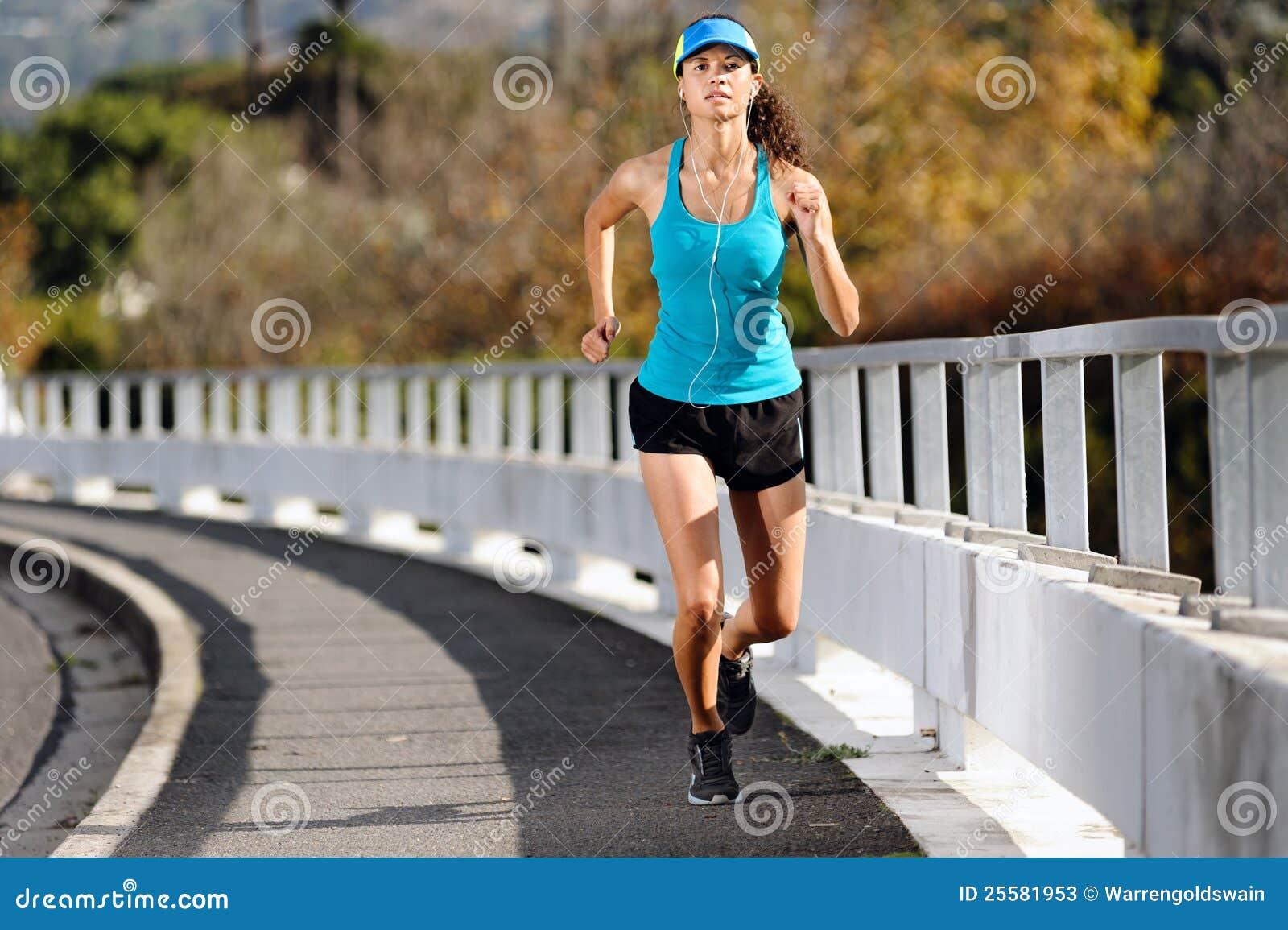 Laufende Frau des Bürgersteigs