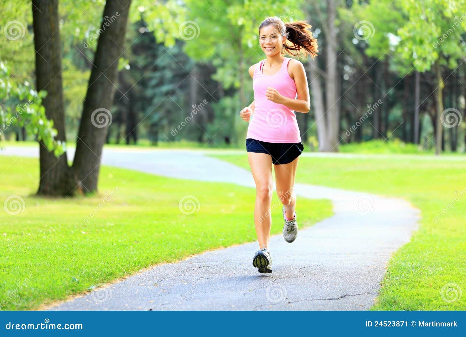 Laufende Frau im Park