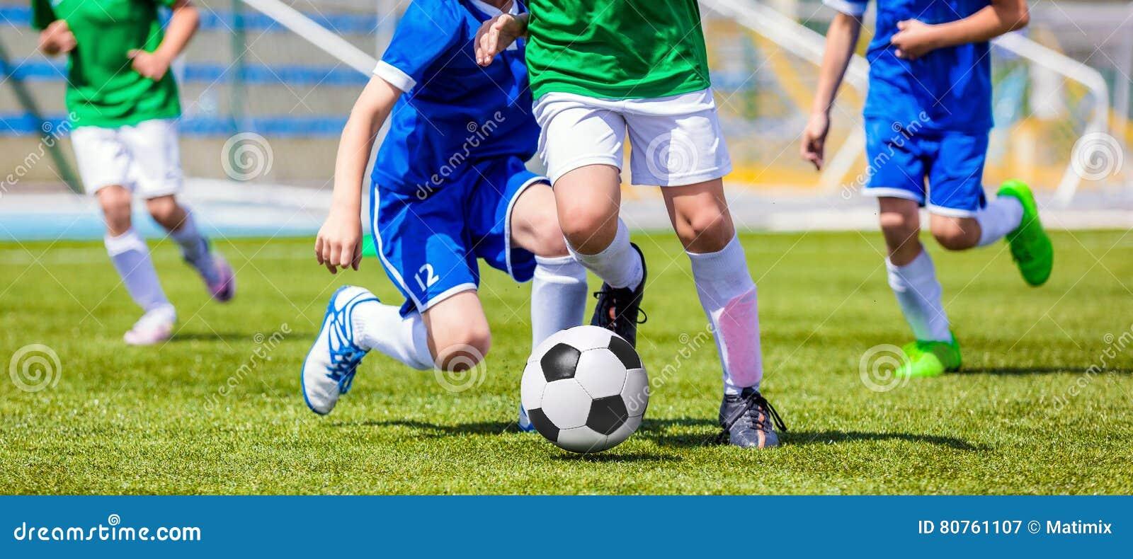Laufende Fußball-Fußball-Spieler Fußballspieler, die Fußballspiel treten