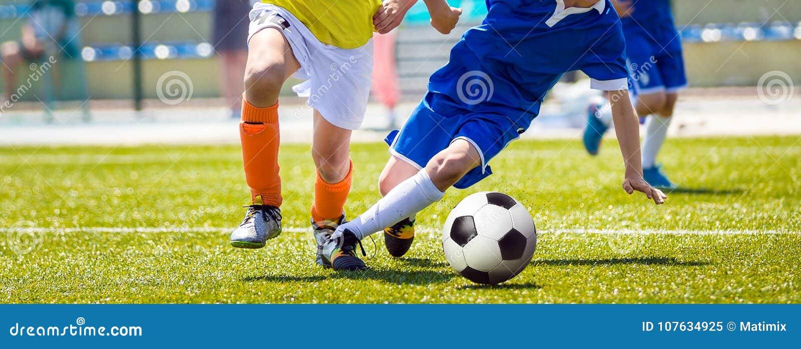 Laufende junge Fußball-Fußball-Spieler Jugend-Fußball-Wettbewerb zwischen zwei Fußballspielern