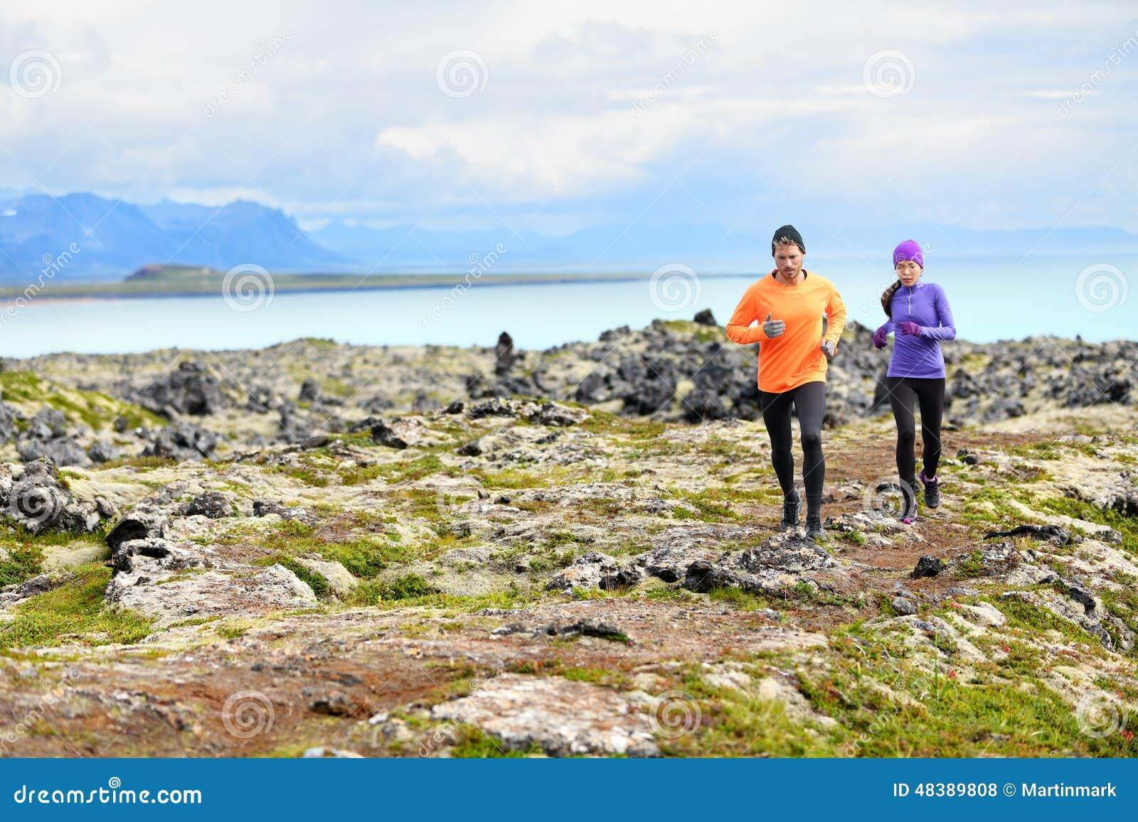 Laufender Sport der Übung - Läufer auf Cross Country