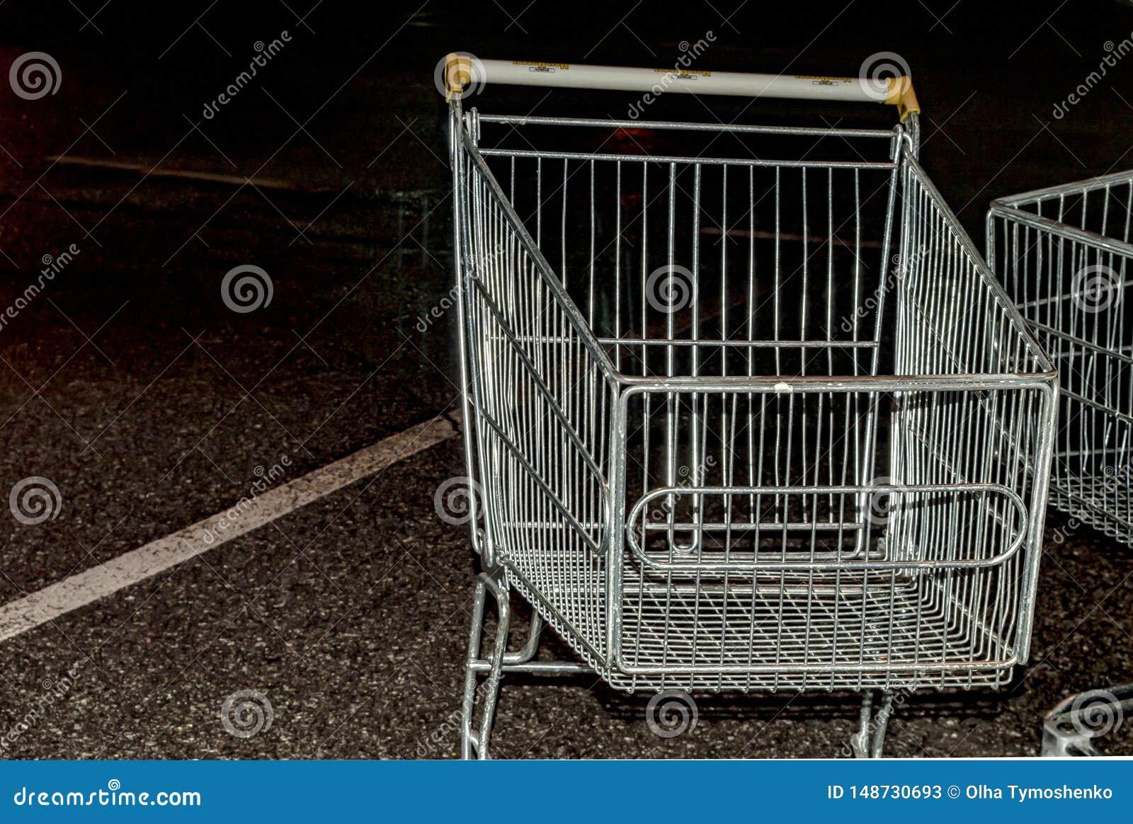 Laufkatze vom Supermarkt an Nachtparkendem Abschluss oben