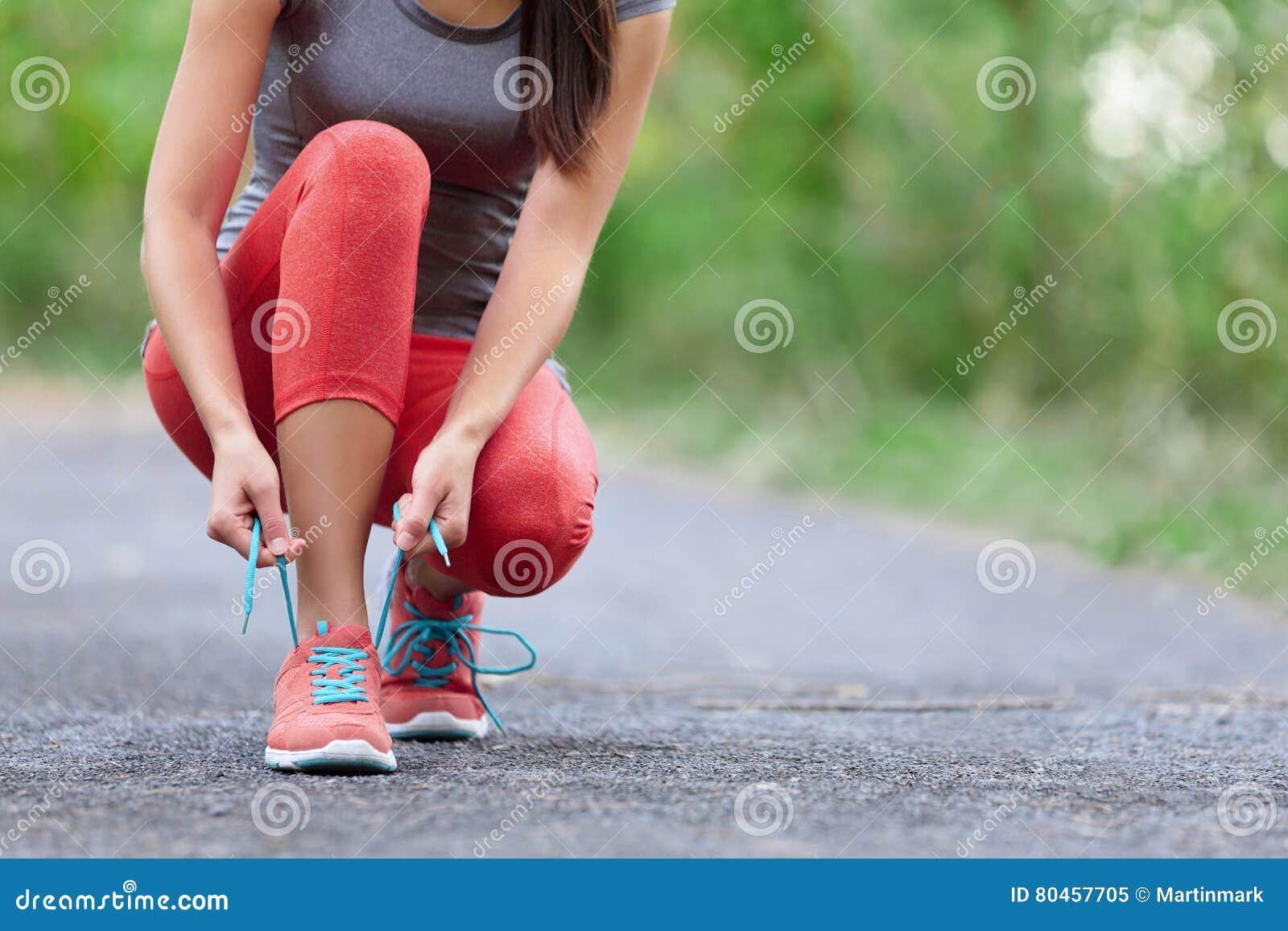Laufschuhe - Nahaufnahme der Frau Schnürsenkel binden