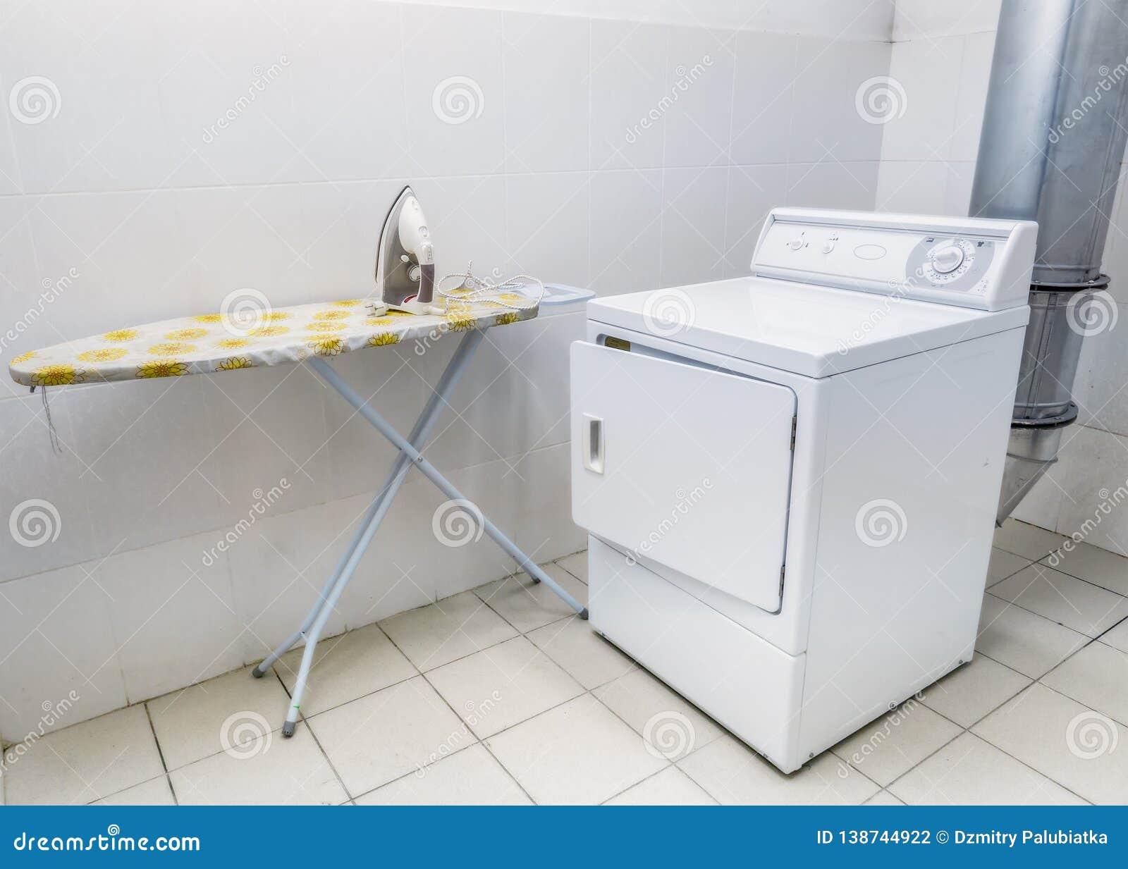 Laundromat Pralniany pokój dla odziewa Żelazo i pralka