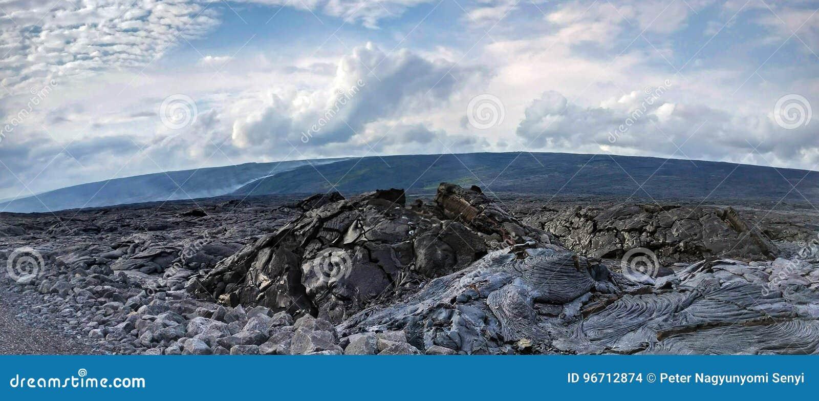 Lava Delta e o fluxo de lava de fumo ativo em uma lava balançam o deserto em Havaí, ilha grande