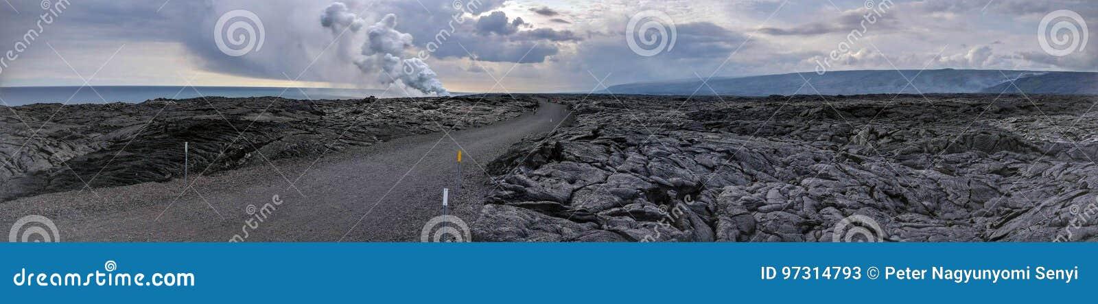 Lava Delta em um deserto da rocha da lava com a estrada no meio