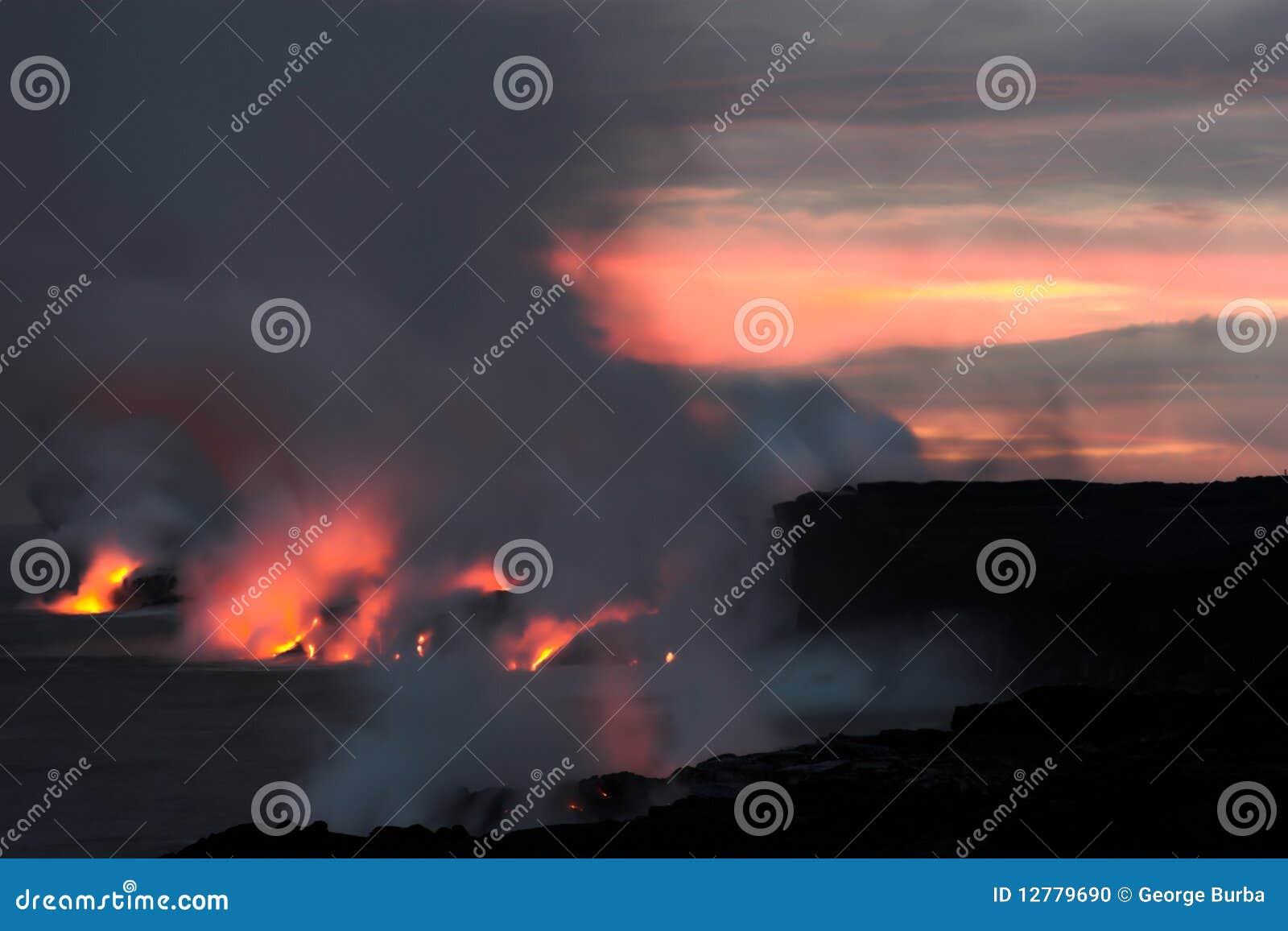 Lava, die in den Ozean fließt