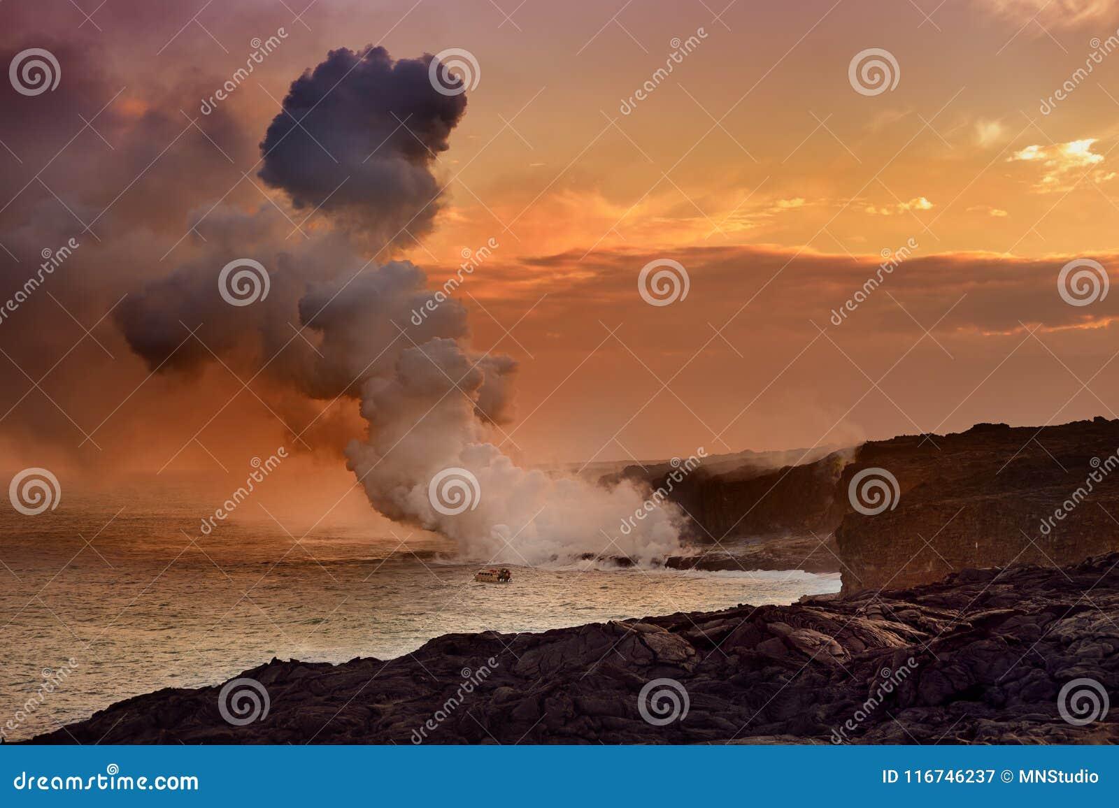 Lava, die in den Ozean herstellt eine enorme giftige Feder des Rauches an Hawaii-` s Kilauea Vulkan, Vulkane Nationalpark, Hawaii