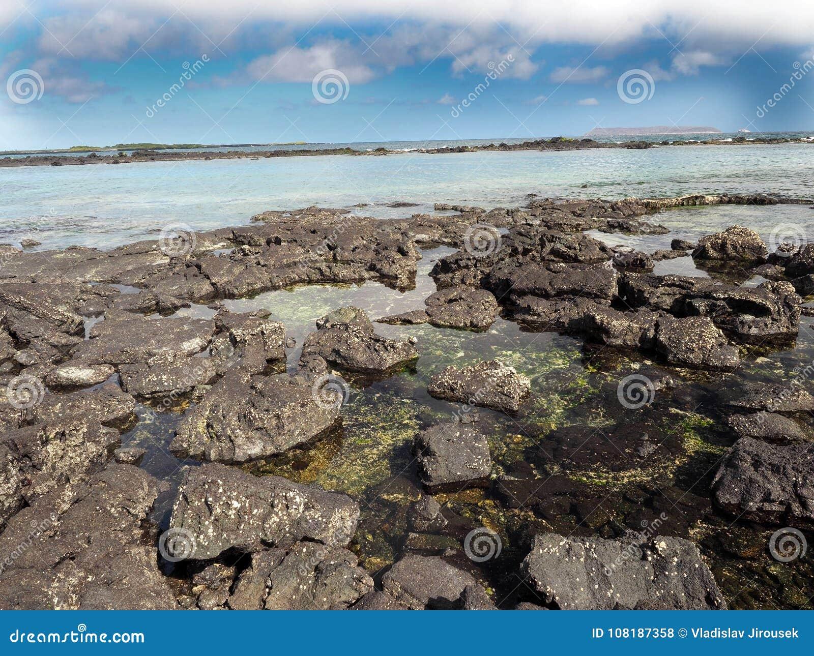 A lava enchida na ilha Islote Tintoreras comemora a alunagem, Galápagos, Equador