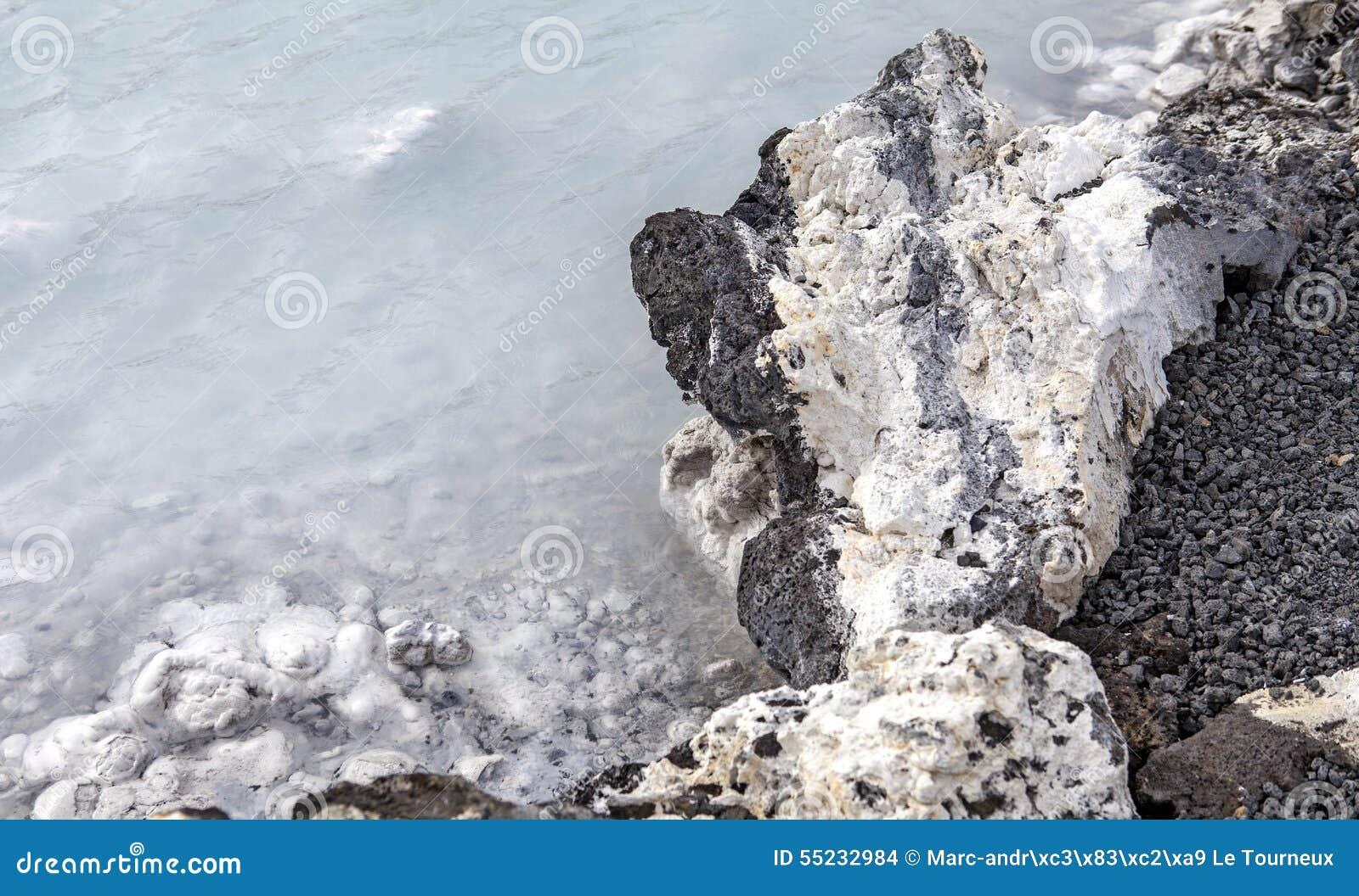 Lava Rock na lagoa azul