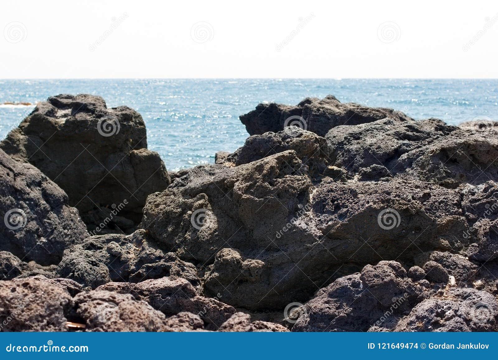 Lava, vulkanische lava op strand van het eiland van Sicilië - mooie aard