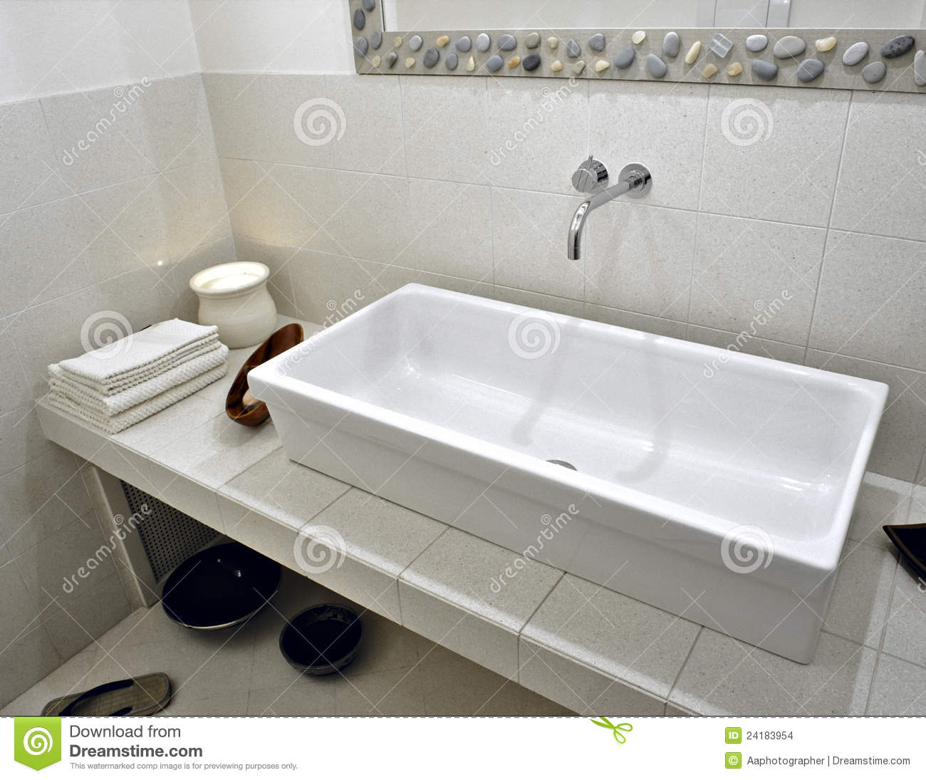 lavabo blanc dans la salle de bains moderne photo stock image 24183954. Black Bedroom Furniture Sets. Home Design Ideas