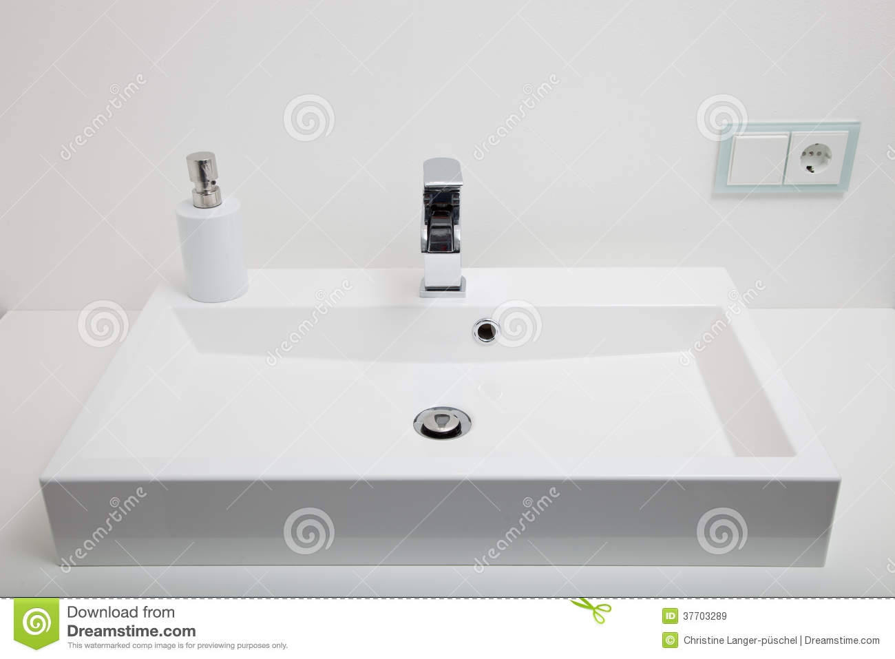lavabo blanc simple dans une salle de bains image stock. Black Bedroom Furniture Sets. Home Design Ideas
