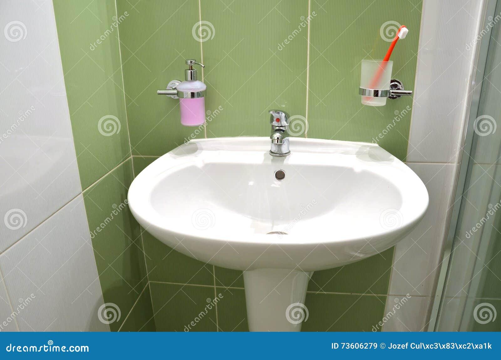 Piastrelle bagno verde simple bagni moderni immagini - Bagno verde salvia ...