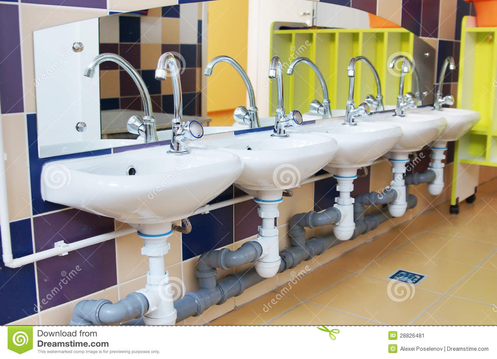 Lavabos De Los Niños En Un Cuarto De Baño De La Guardería ...