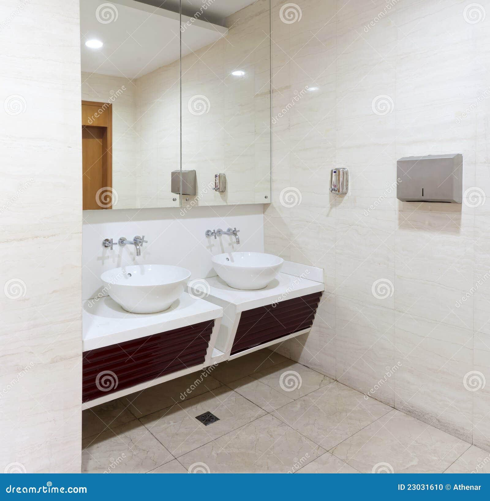 Lavabos golpecitos y espejo en tocador p blico - Espejos para lavabos ...