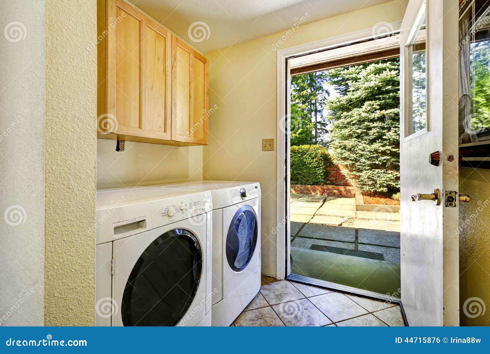 Lavadero con la salida al rea del patio trasero foto de for Patio con lavadero