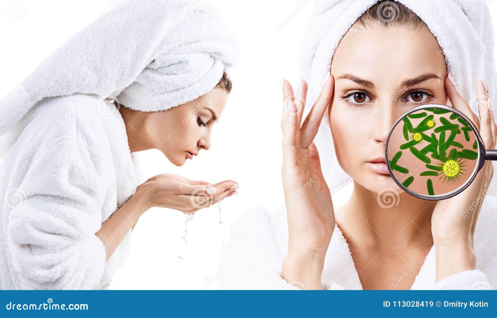 Lavado de la mujer su cara Protección contra los gérmenes
