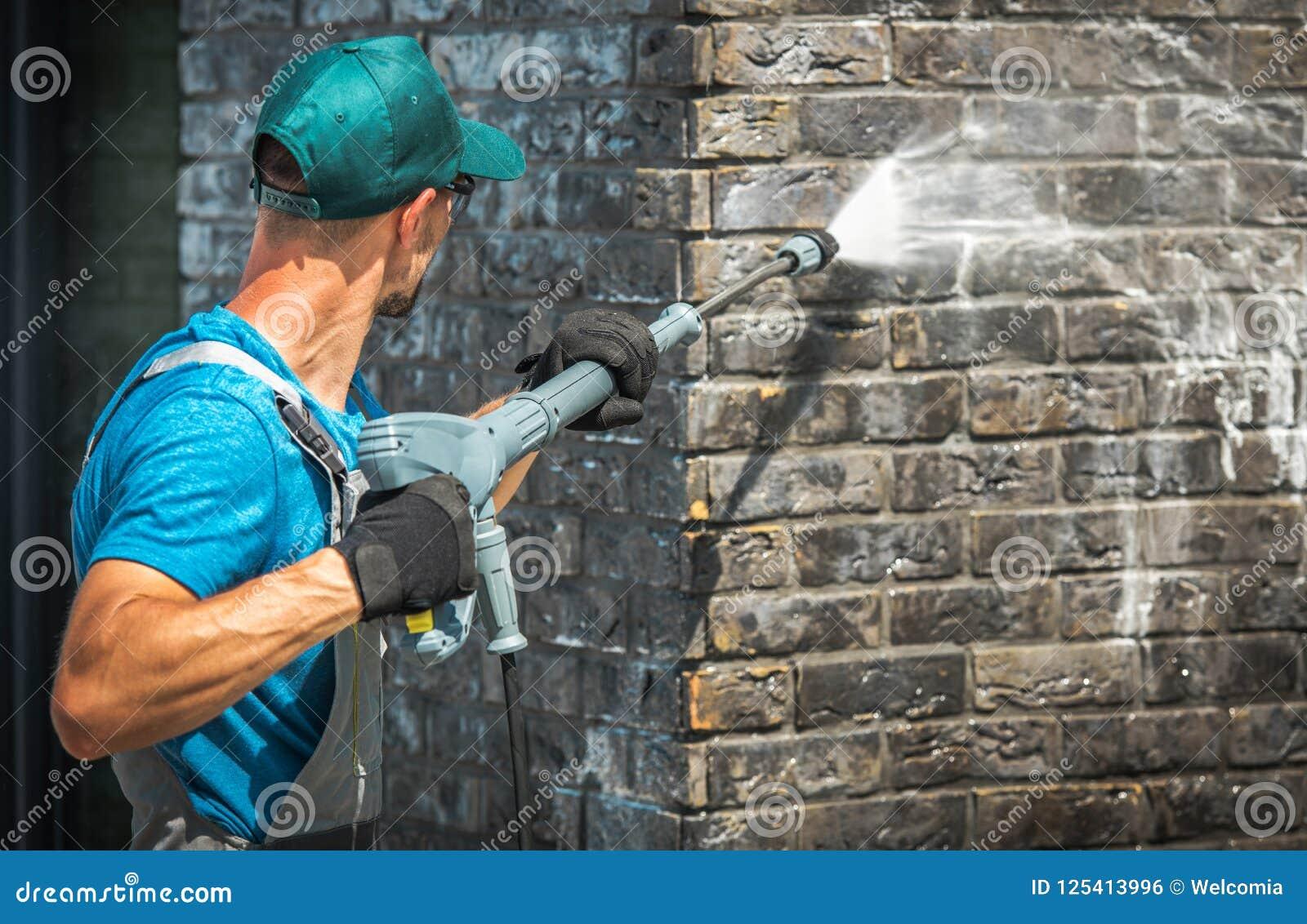 Lavado de la pared de ladrillo de la casa