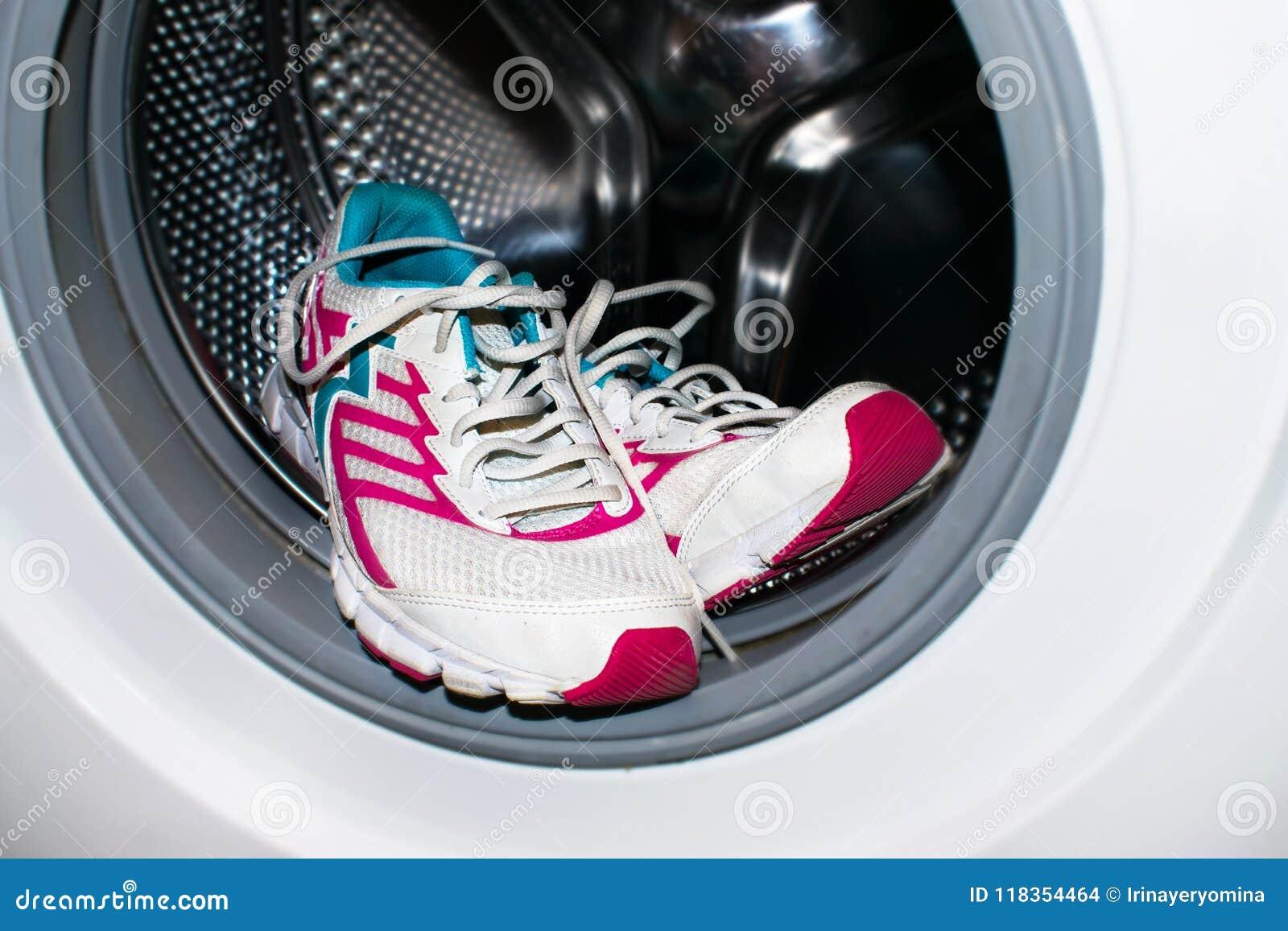 Lavado Del Zapato Las Zapatillas De Deporte Blancas Y