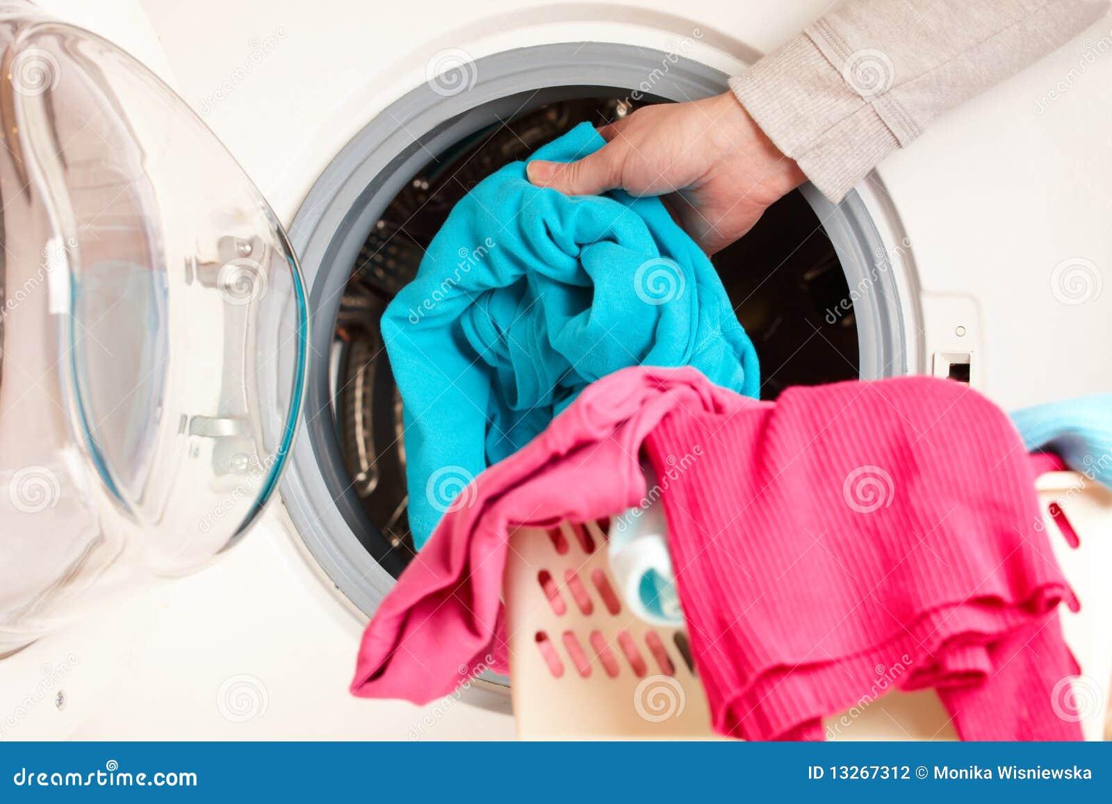 Lavadora con ropa colorida