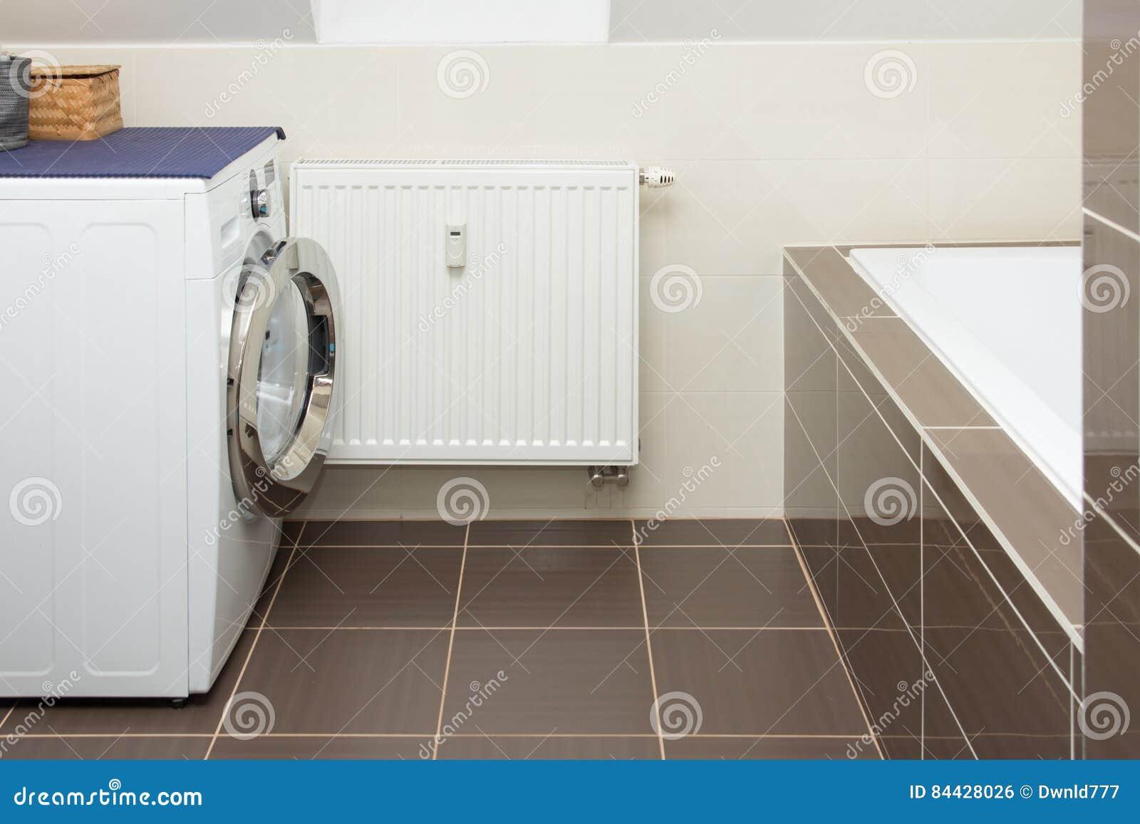 Lavadora en cuarto de baño foto de archivo. Imagen de azulejo - 84428026