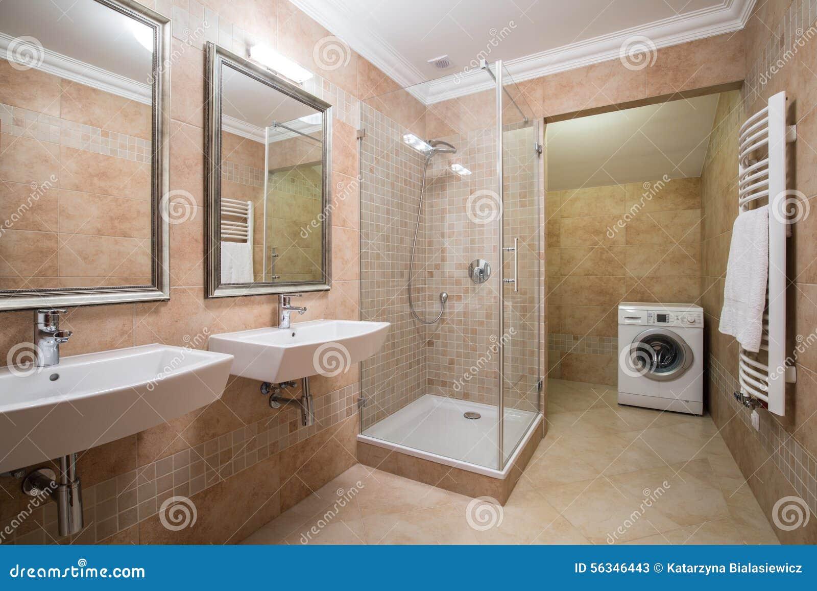 Lavadora en cuarto de ba o beige imagen de archivo for Cuartos de bano beige