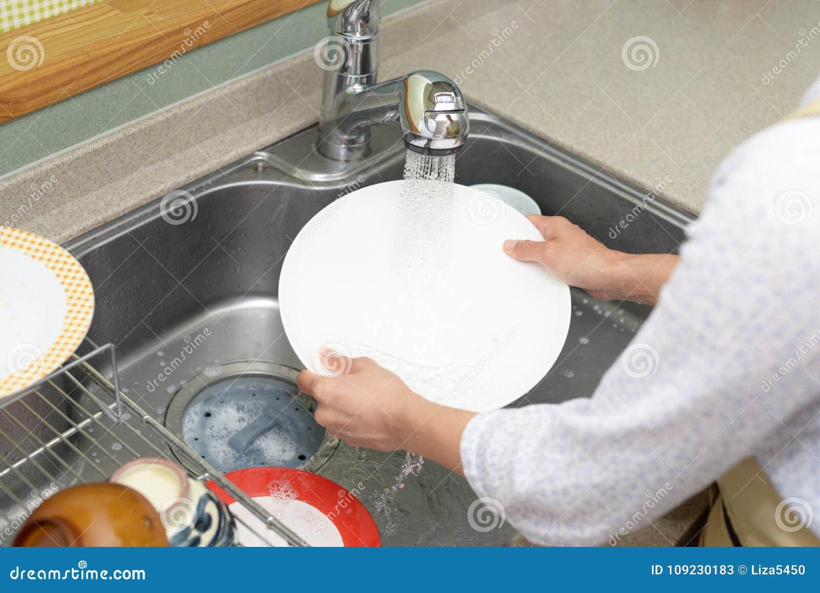 Lavagem da mulher os pratos
