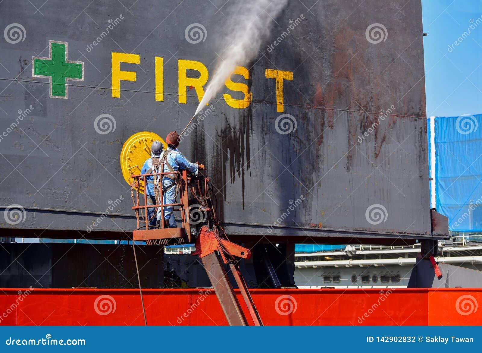 Lavagem no navio da tampa do portal e na limpeza do navio de carga na doca de flutuação pelo jato de água de alta pressão