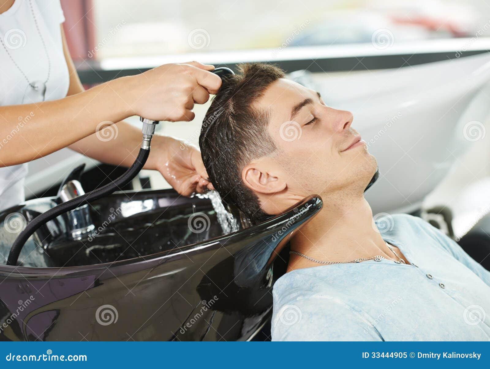 Lavaggio dei capelli dell uomo nel salone di lavoro di parrucchiere