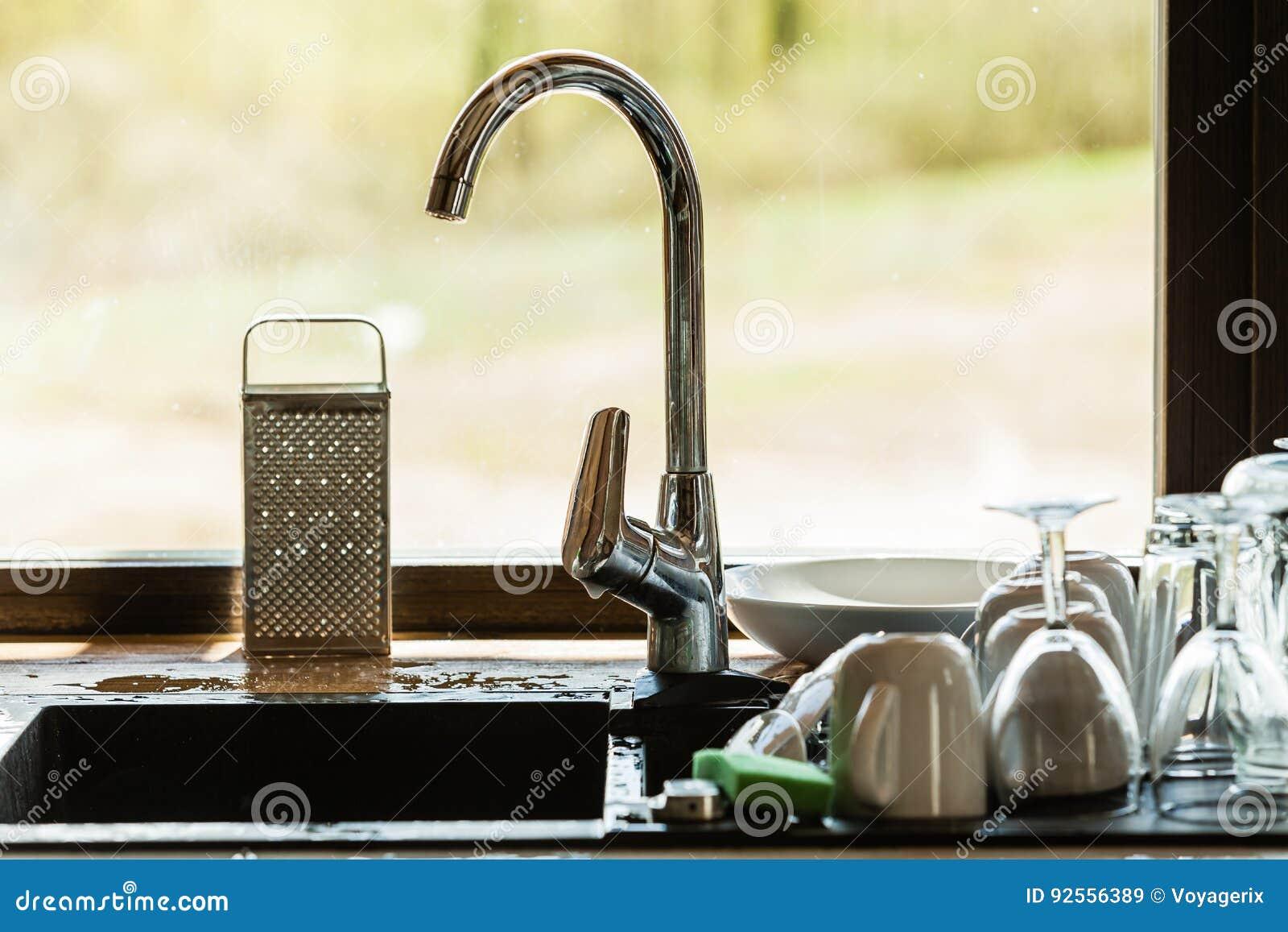 Lavaggio in su lavandino e stoviglie di cucina