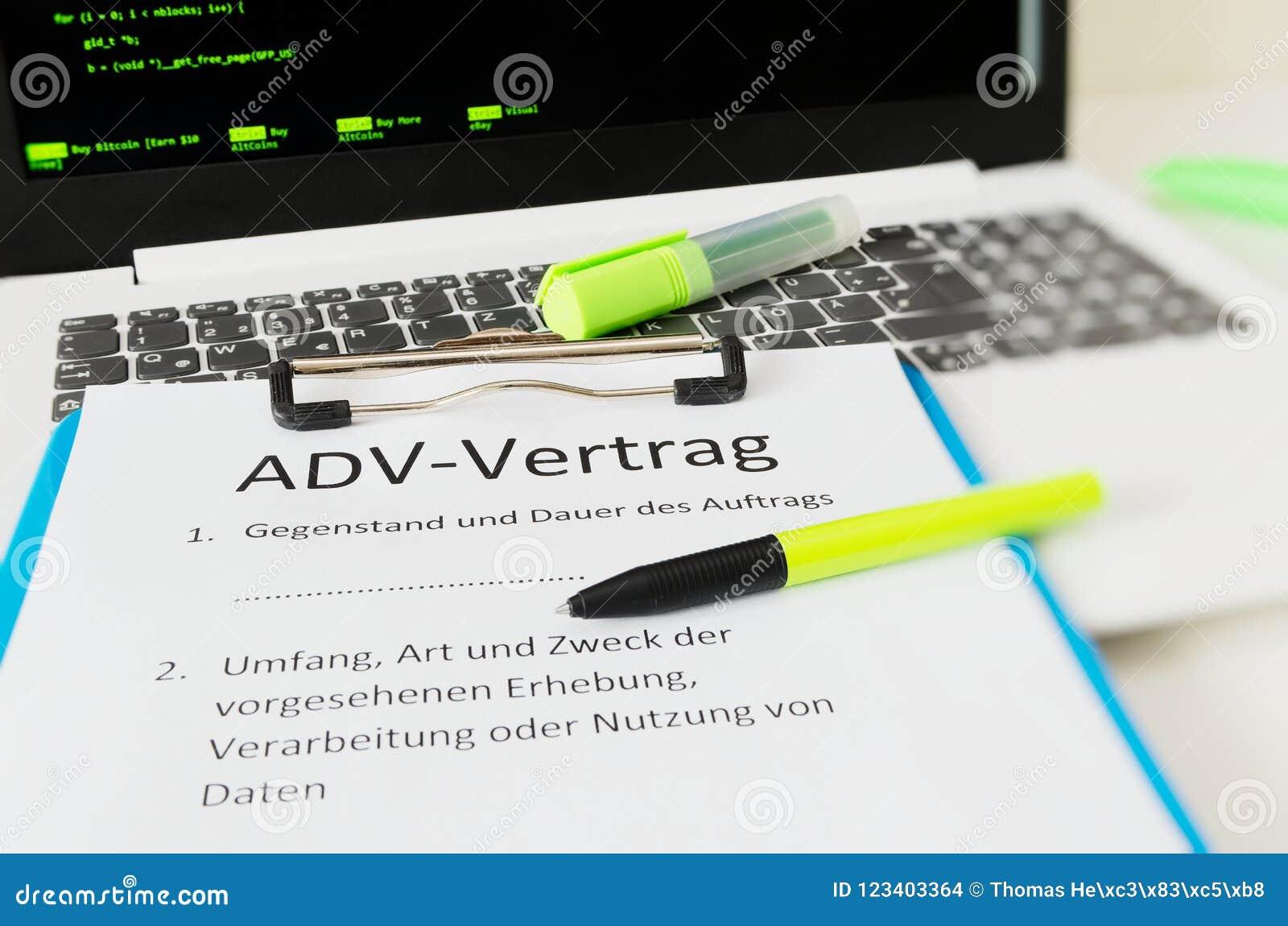Lavagna per appunti con un contratto ed iscrizione in adv-Vertrag tedesco nel contratto inglese di ADV e nel tema e nella durata