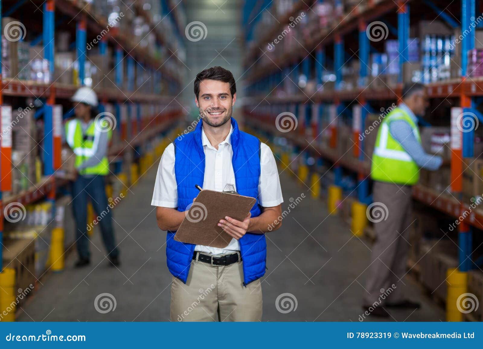 Lavagna per appunti della tenuta del lavoratore del magazzino