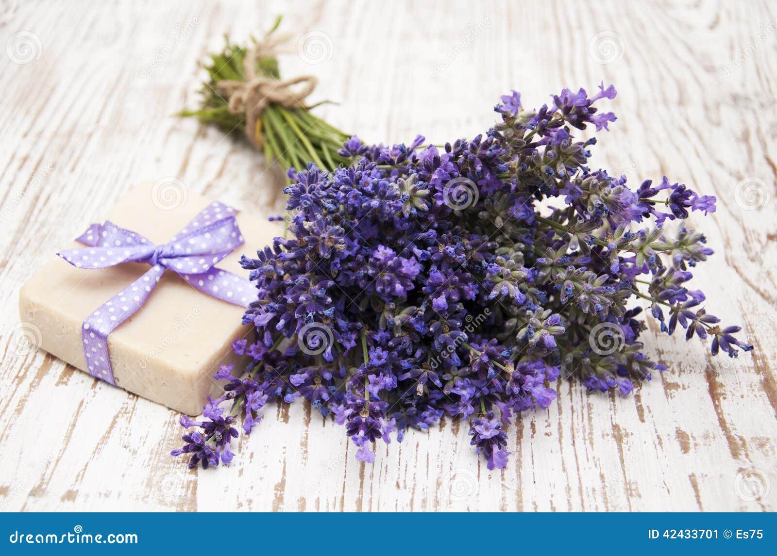 Lavanda y jabón con los ingredientes naturales