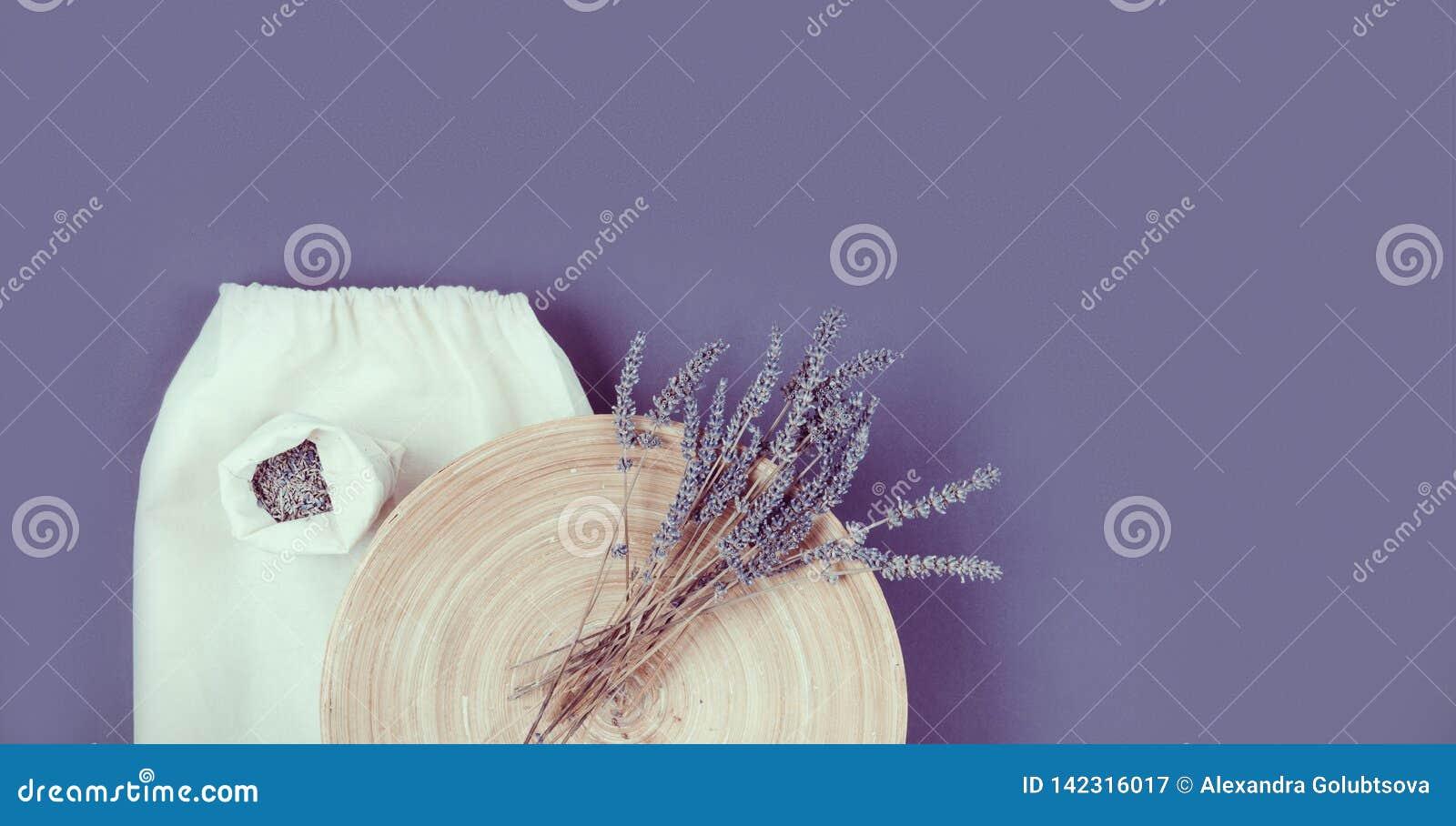 Lavanderbloem op een plaat en een linean zak