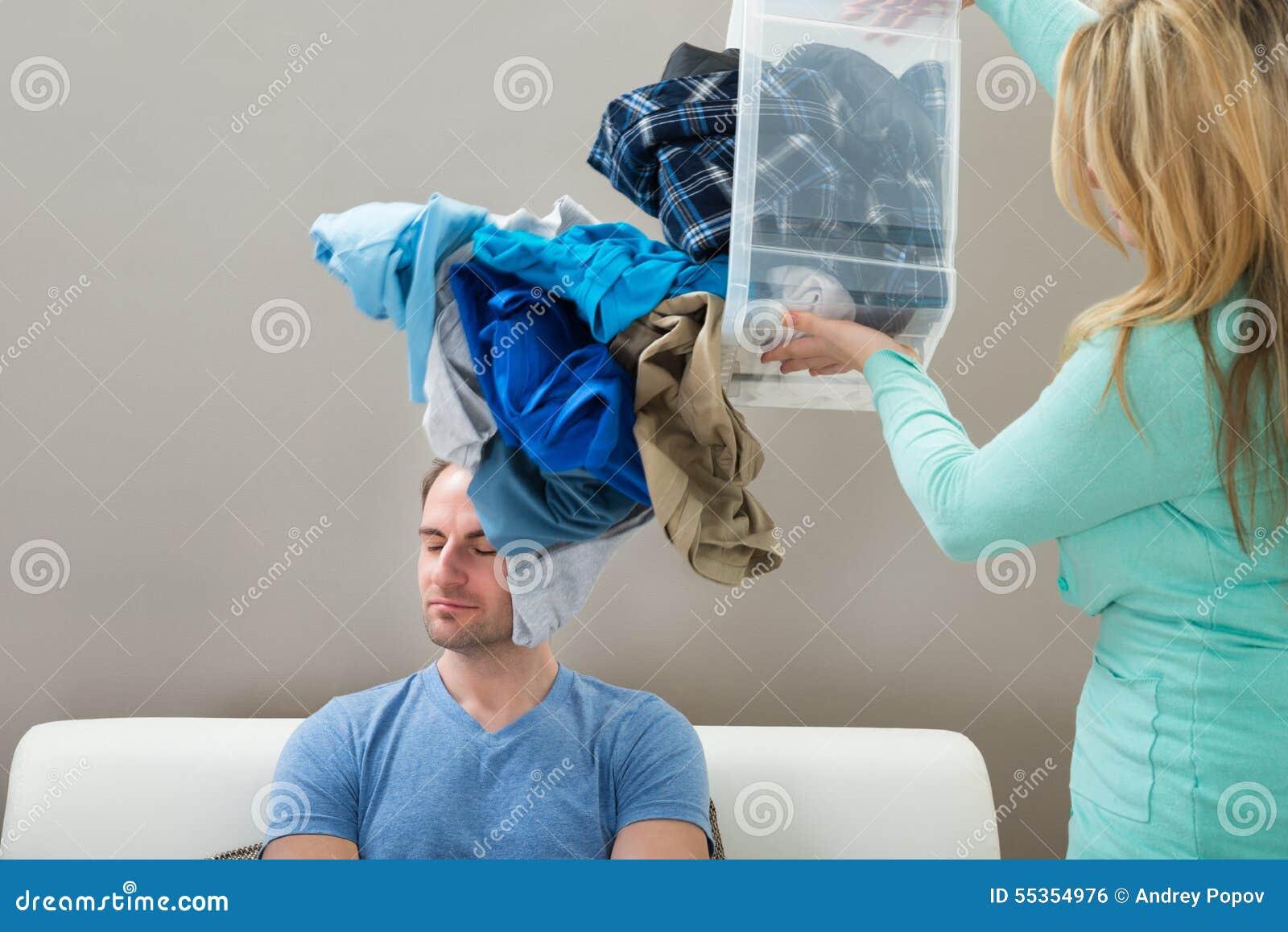 Lavanderia di lancio della donna sul marito