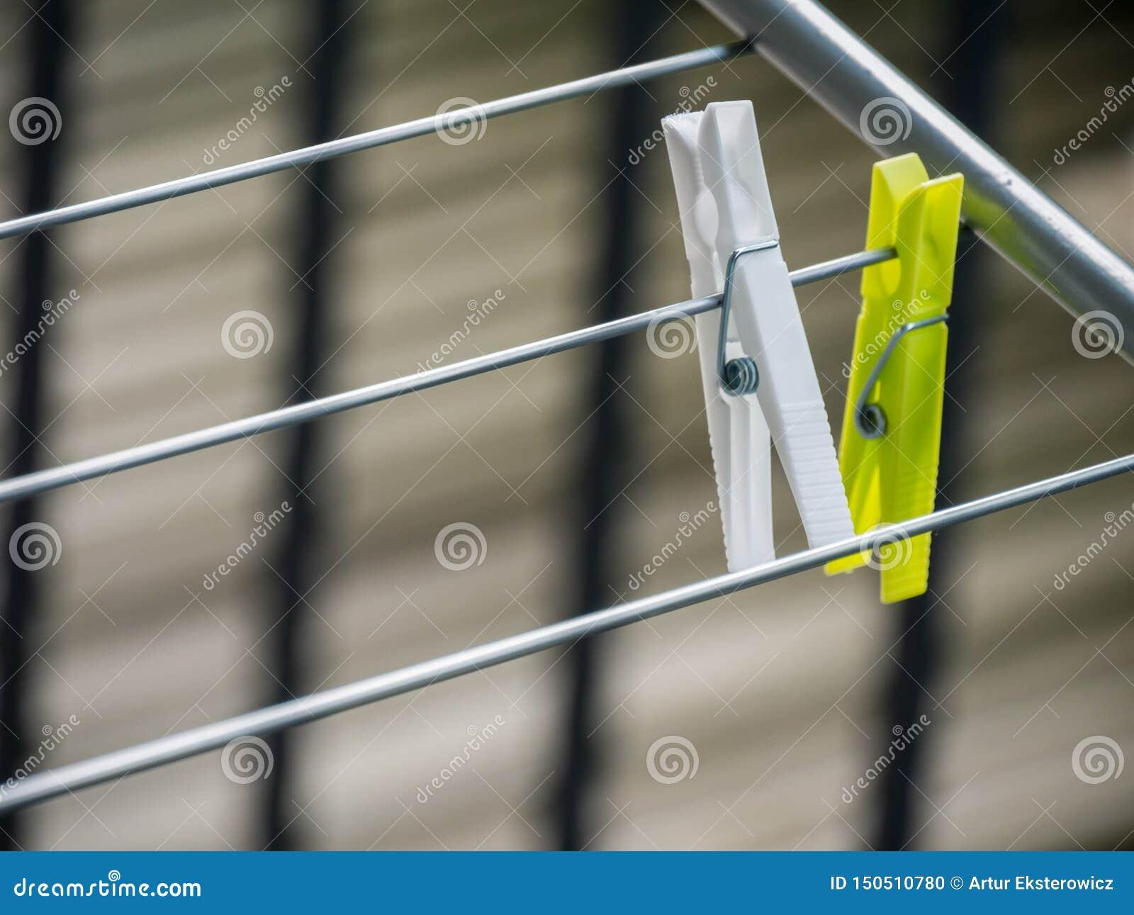 A lavanderia plástica colorida pendura com fundo borrado