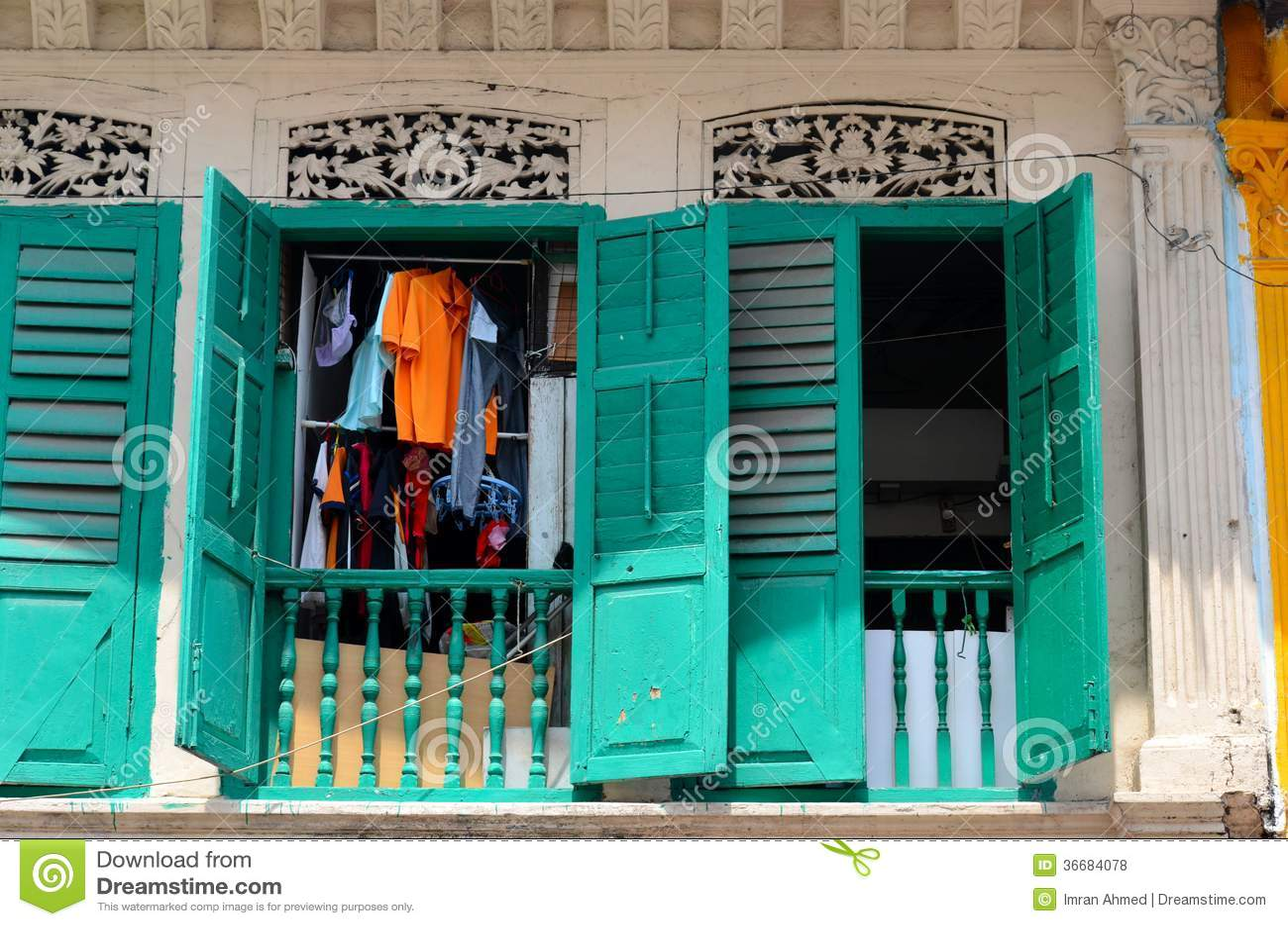 #BE6E0D Fotos de Stock Royalty Free: Lavanderia que pendura janelas de madeira  1642 Janela De Aluminio Lavanderia