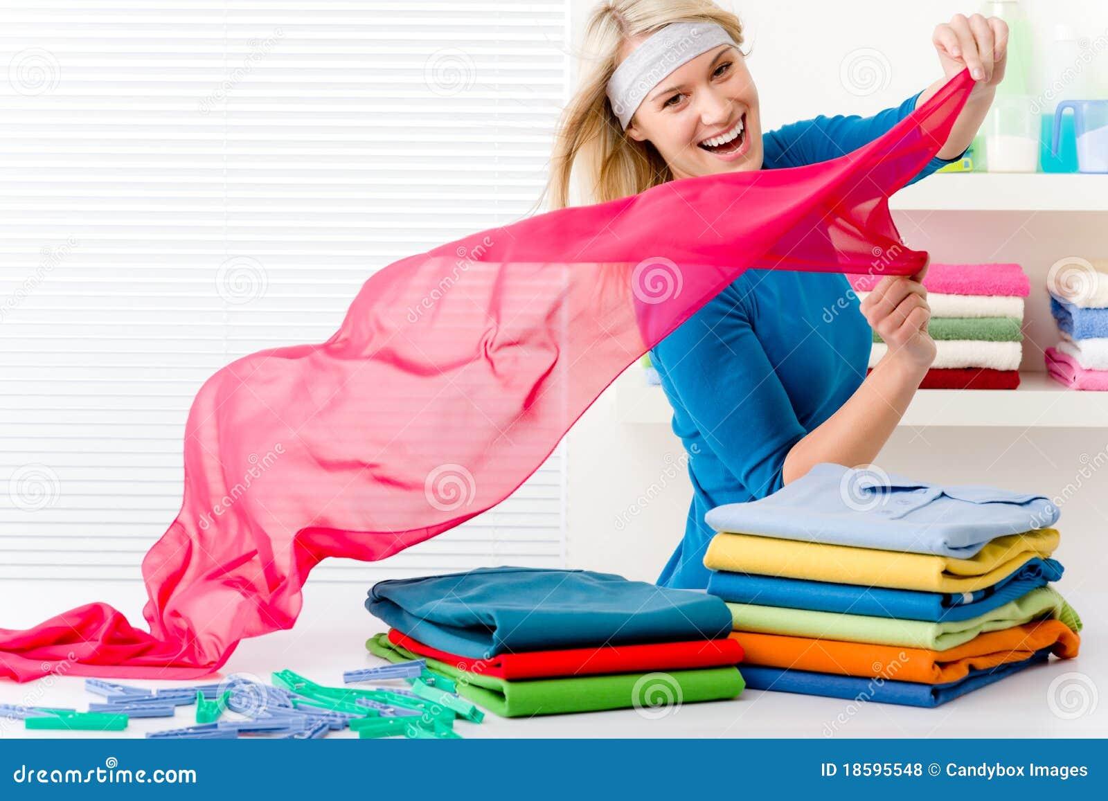 Lavanderia - vestiti pieganti della donna