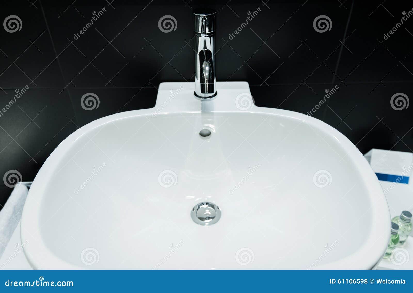 Lavandini moderni della ciotola del bagno fotografia stock ...