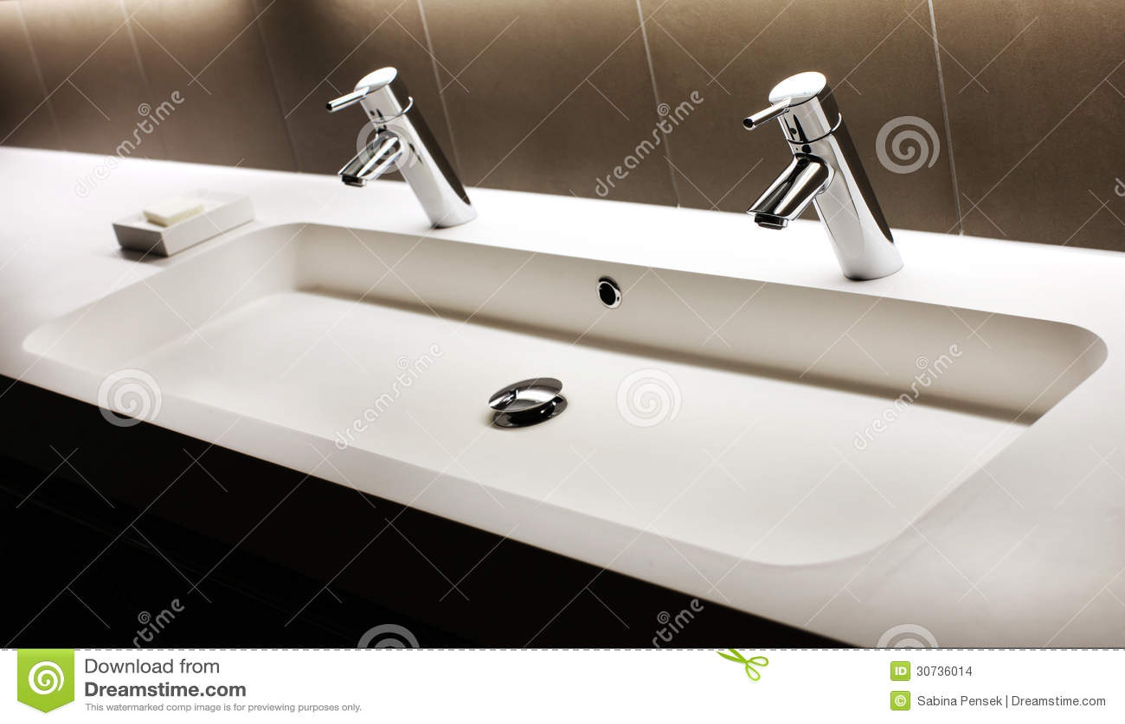 Lavandino Bianco Moderno Con Due Rubinetti Brillanti, Rubinetto Immagini Stock - Immagine: 30736014