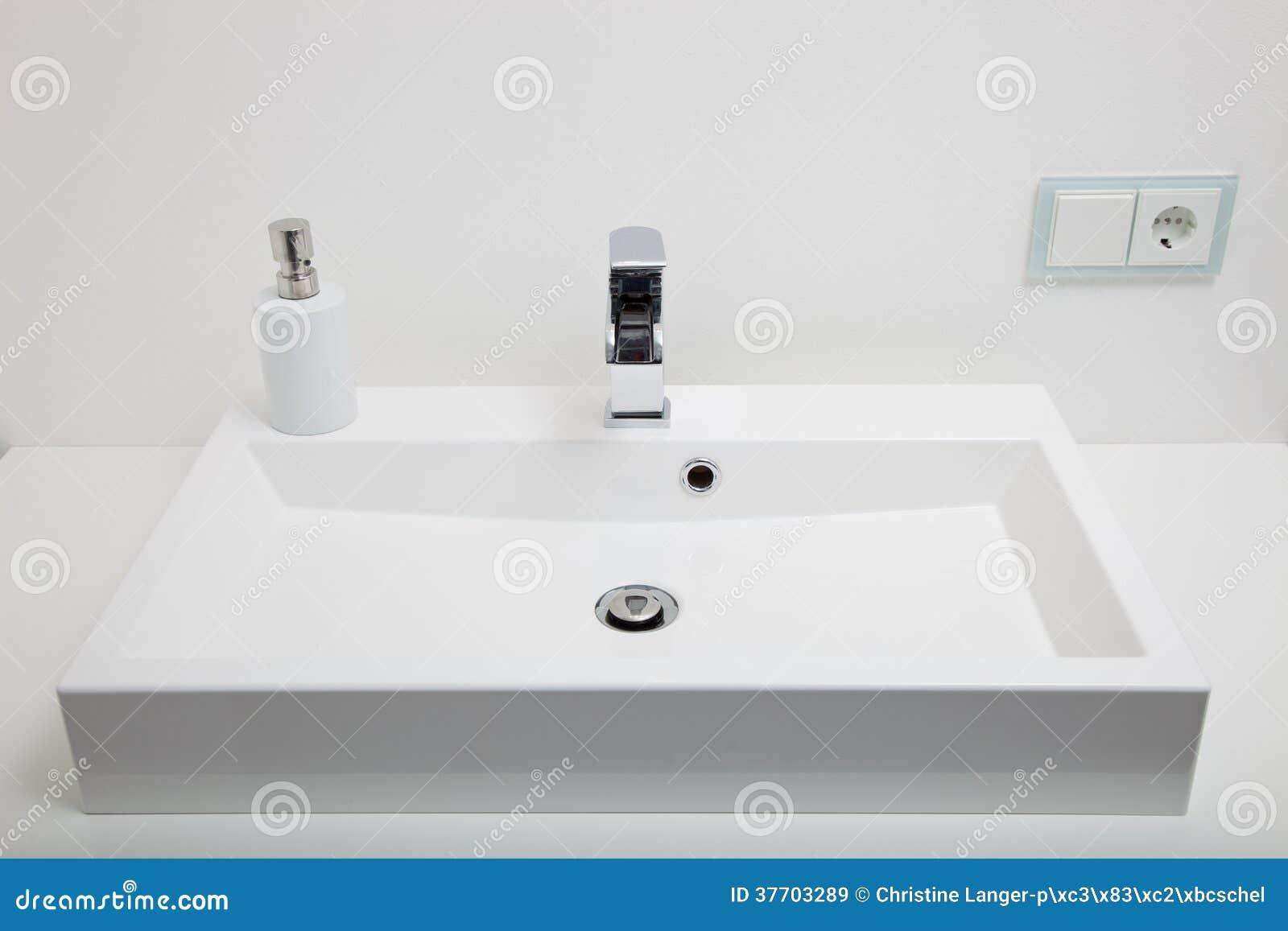Lavandino Bianco Normale In Un Bagno Immagine Stock - Immagine di ...